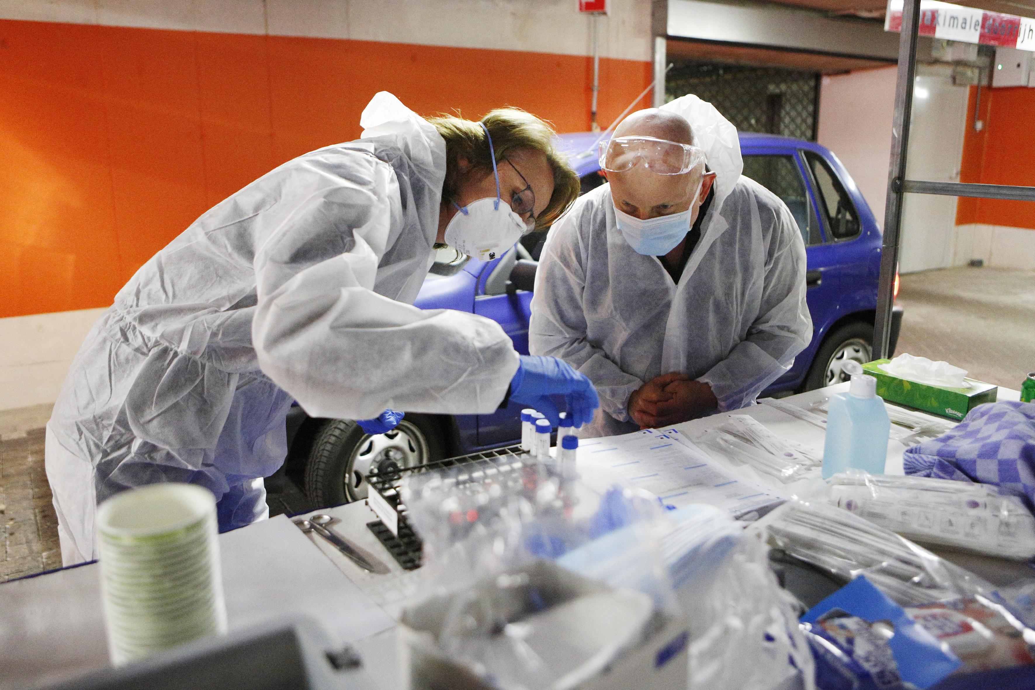 Besmetting met corona en verkouden medewerkers in horecabedrijven De Koog op Texel. De deuren blijven voorlopig dicht