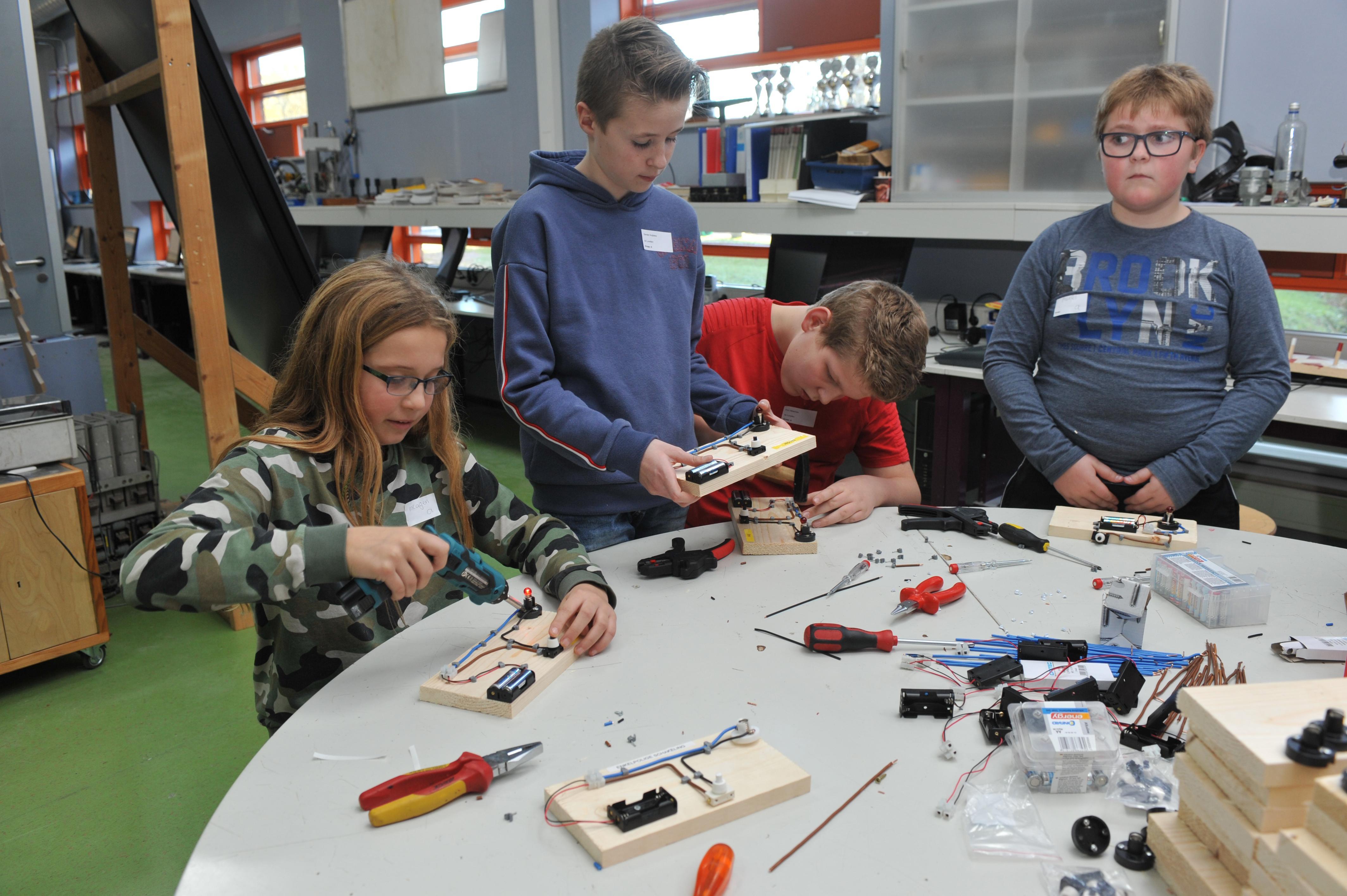 Open lessen techniek Kennemer College in Heemskerk veel drukker bezocht dan voorgaande jaren: 'Blijft lastig om kinderen te enthousiasmeren voor techniek'