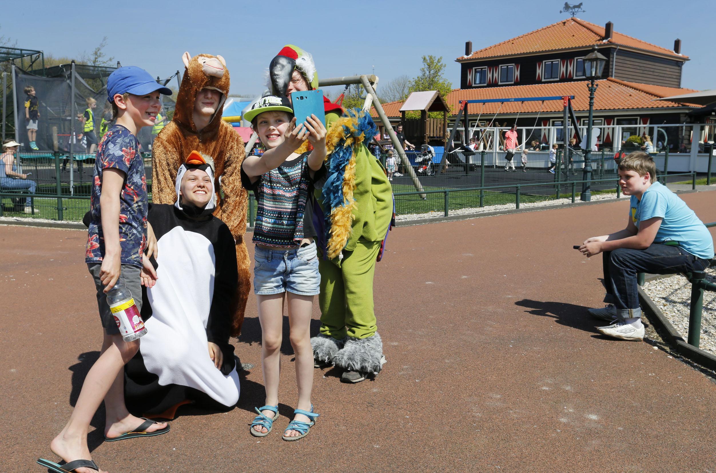 Piet Blankendaal, bekend van zijn vrieshuizen in Velsen-Noord en Tuitjenhorn, heeft ook een dierentuin. Ondanks de coronabeperkingen maakt hij zich daar geen zorgen over. 'Onze kosten zijn niet vergelijkbaar met grote dierentuinen'
