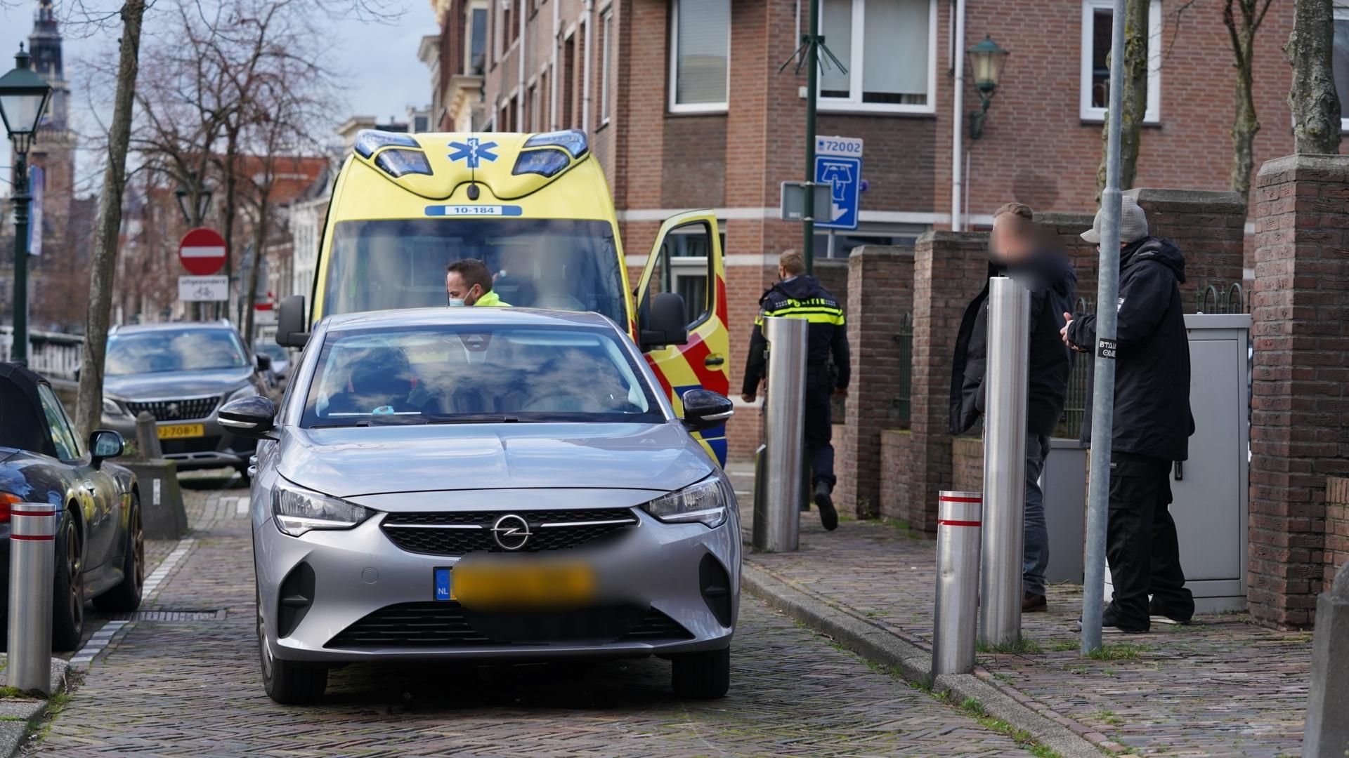 Auto komt bovenop stijgpaal terecht in Alkmaarse binnenstad, twee gewonden