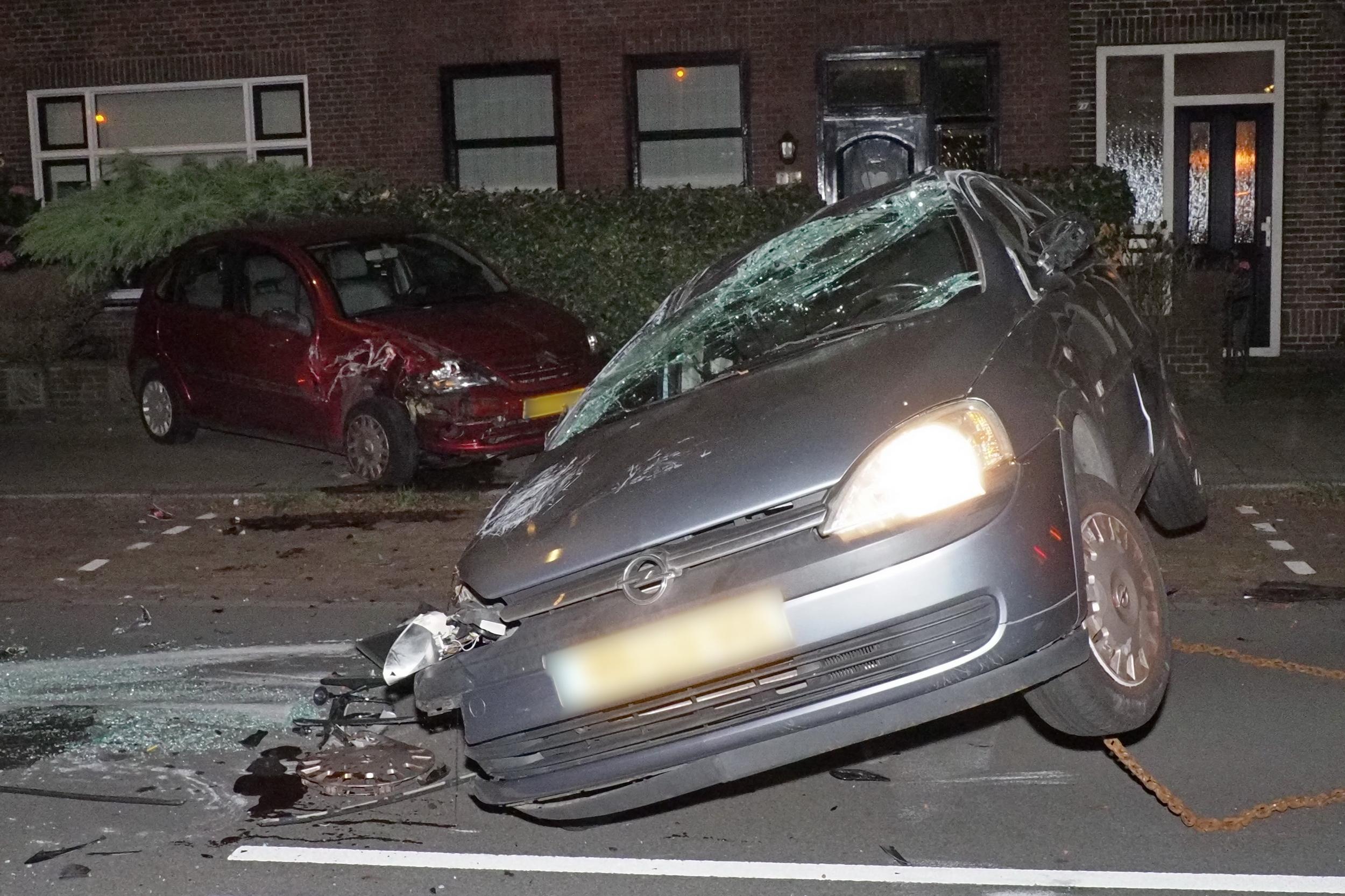 Drankrijder veroorzaakt ravage in IJmuiden, auto komt via geparkeerde auto en bloembak ondersteboven tot stilstand