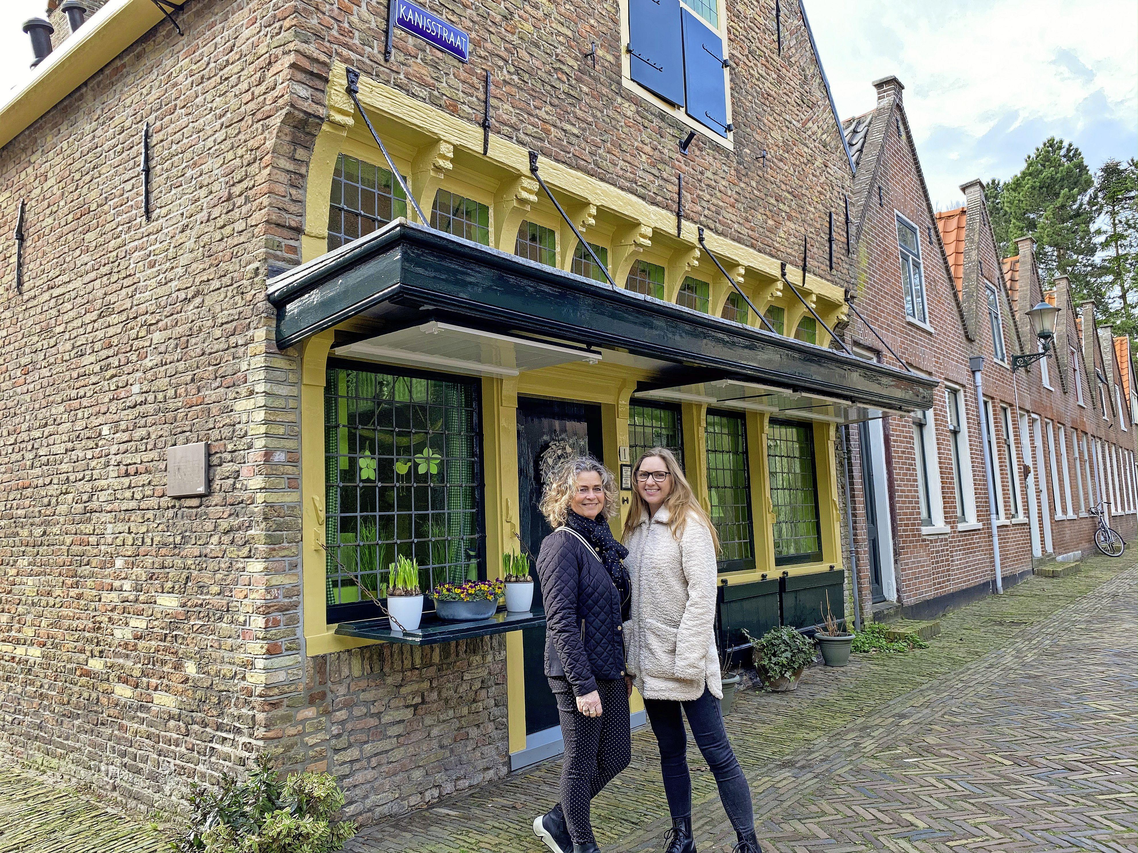De horeca steunen met een stadswandeling langs de lekkerste afhaalzaakjes in Alkmaar. Moeder Linda (55) en dochter Naomi (30) laten zich niet kisten door corona