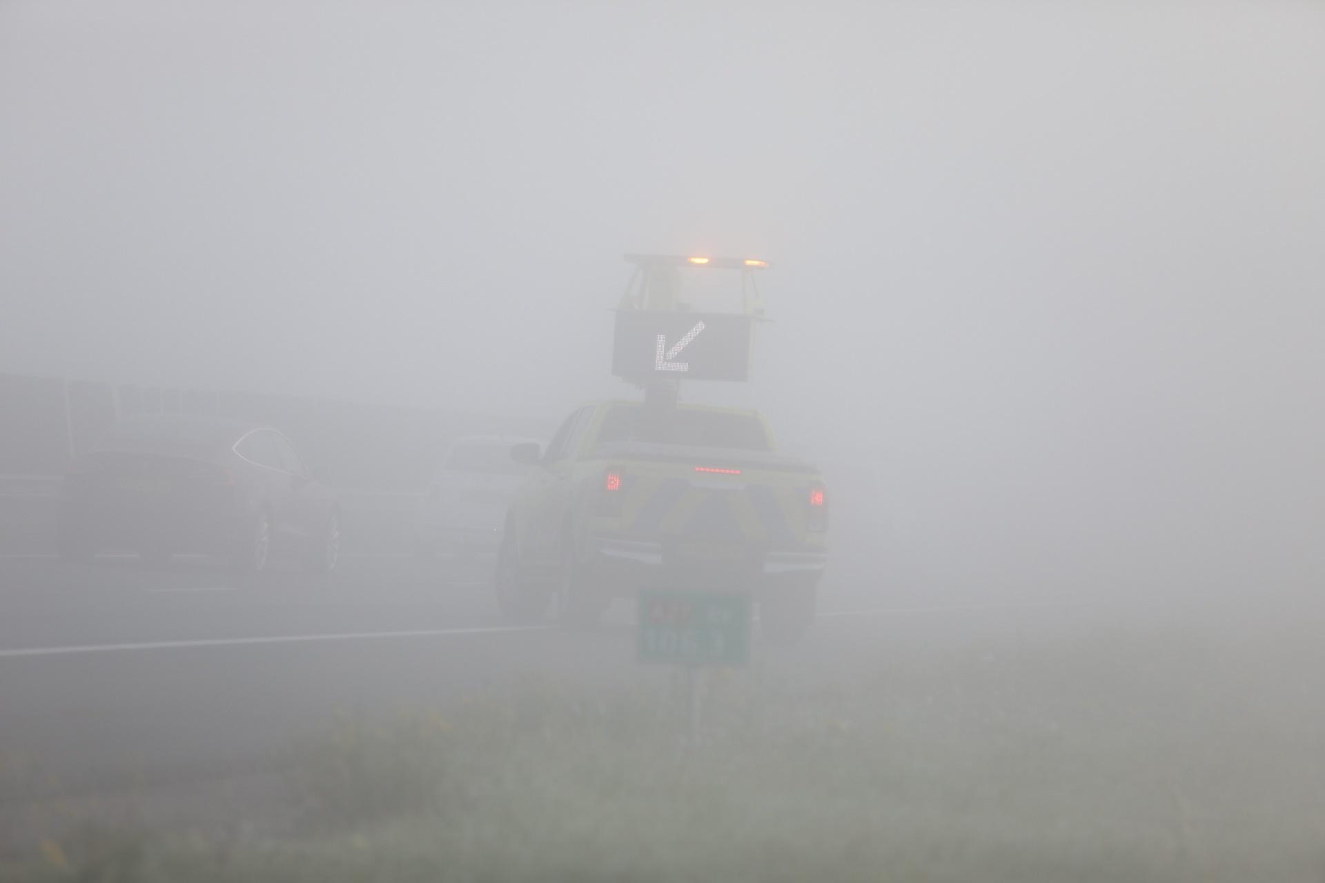 Ongeval met drie auto's op een zeer mistige A27 bij Eemnes