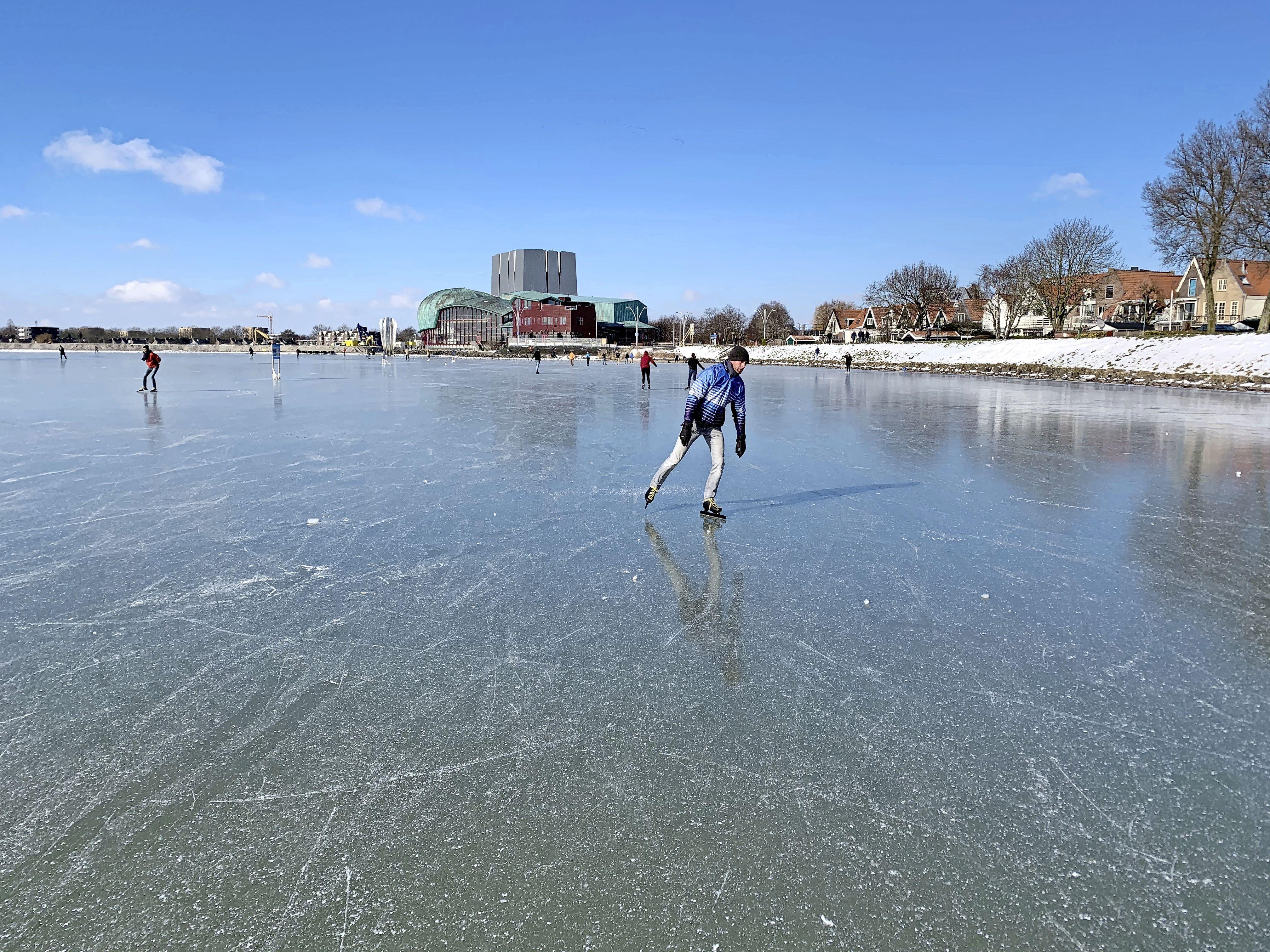 Schaatsers wagen zich op het Hoornse Hop. Spiegelgladde piste met zwart ijs! [video]