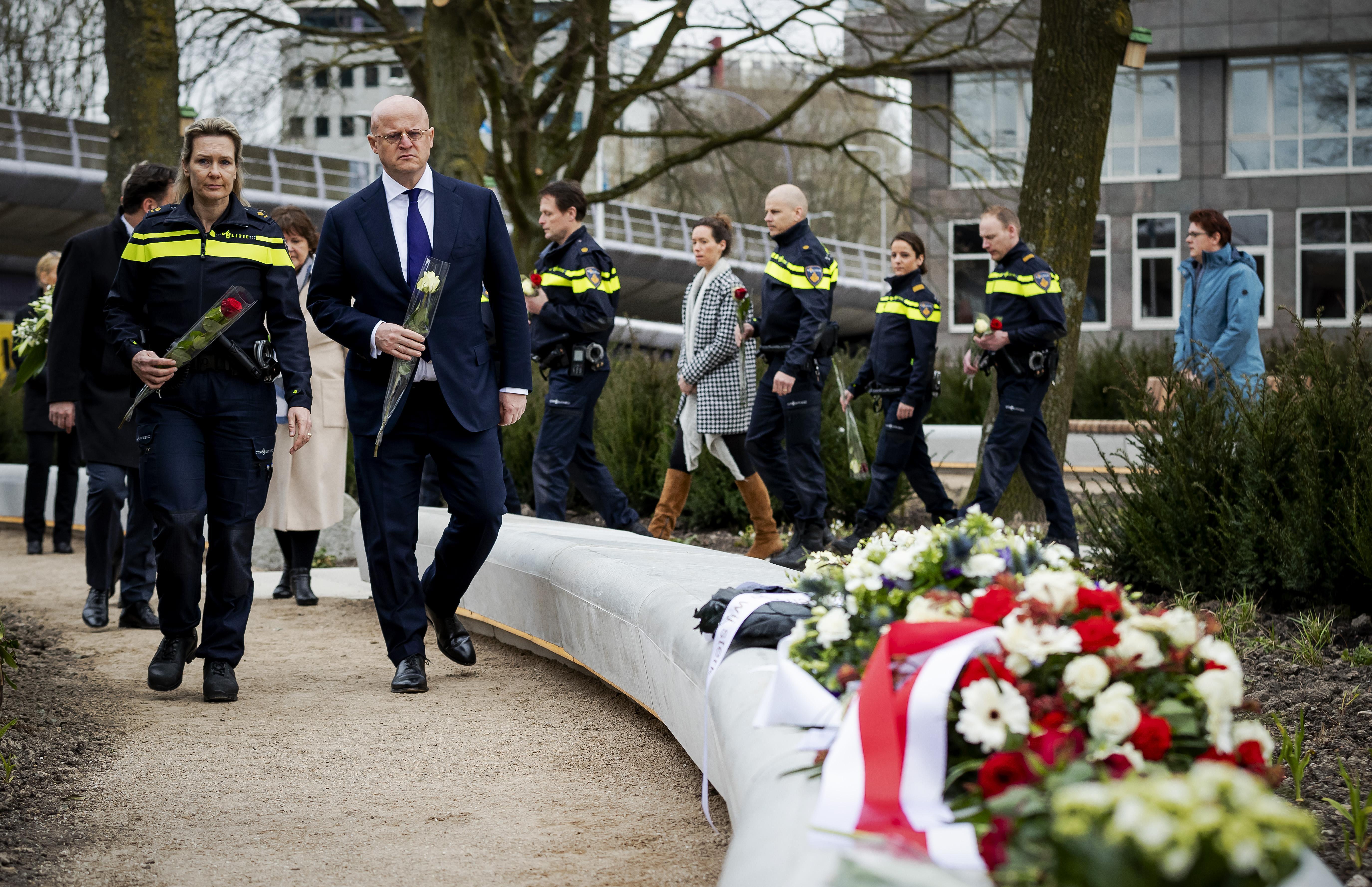 De trams stonden weer even stil: Hilversummer Michael Hoveling en zoon Tim herdenken pa Willem