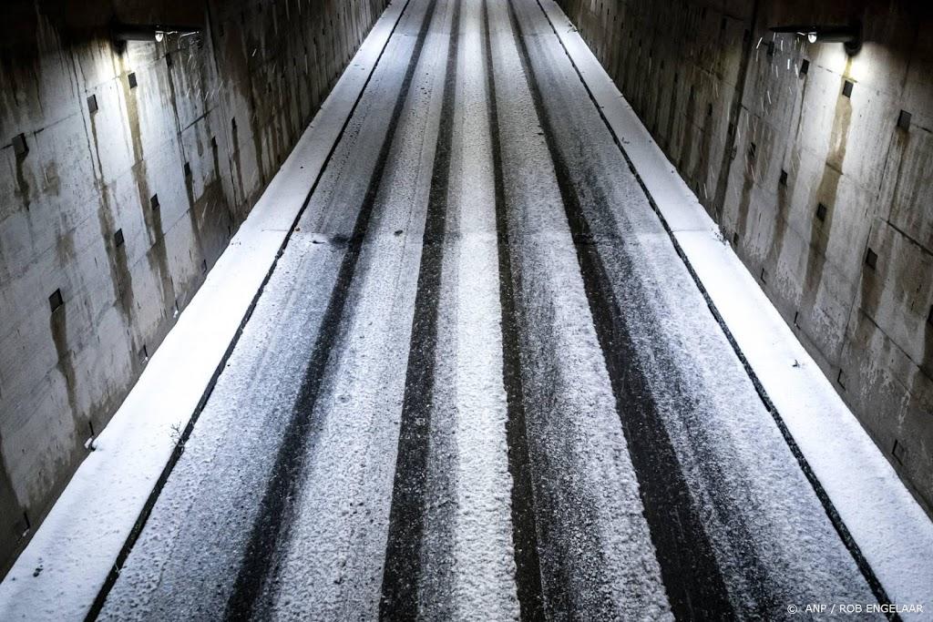 Rijkswaterstaat: deel A7 dicht om sneeuwduinen