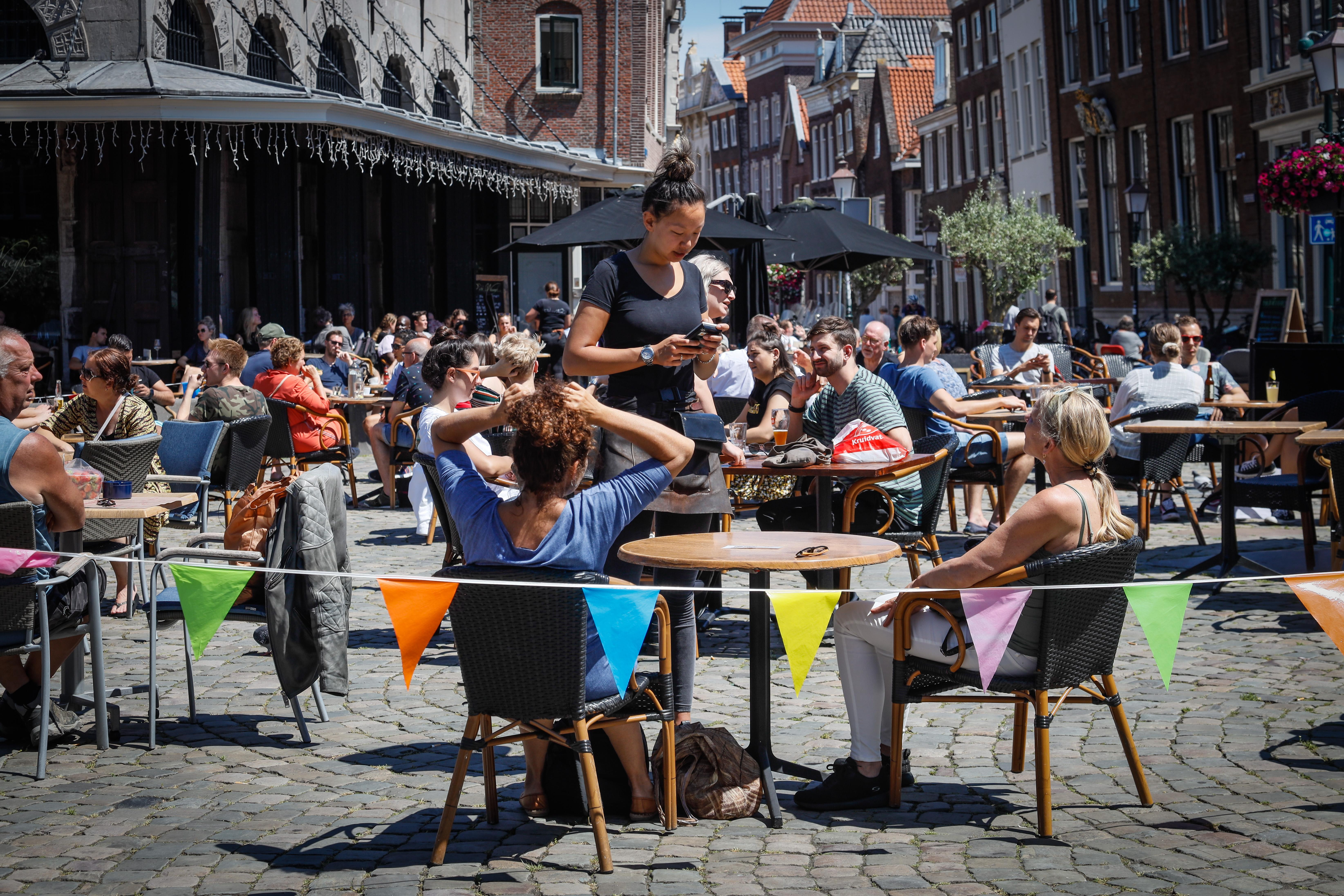 Boetes voor Hoornse horeca die anderhalve meter niet in acht neemt, ondernemers vinden regels 'onwerkbaar'