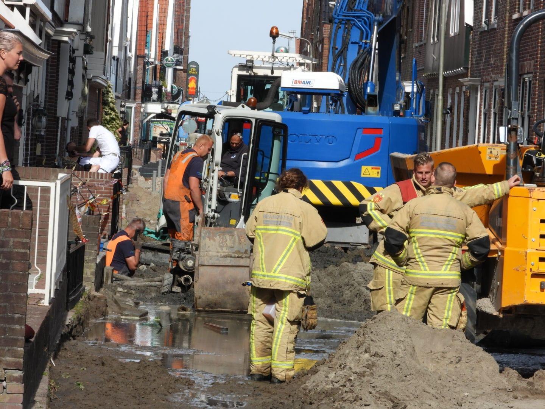 Geknapte waterleiding zorgt voor ravage in Volendam: 'Het leek alsof er een rivier over de dijk stroomde'