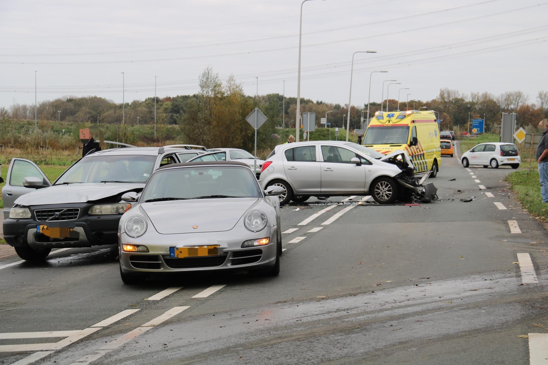 Vier auto's betrokken bij ongeluk in Weesp. Weg afgezet voor al het verkeer