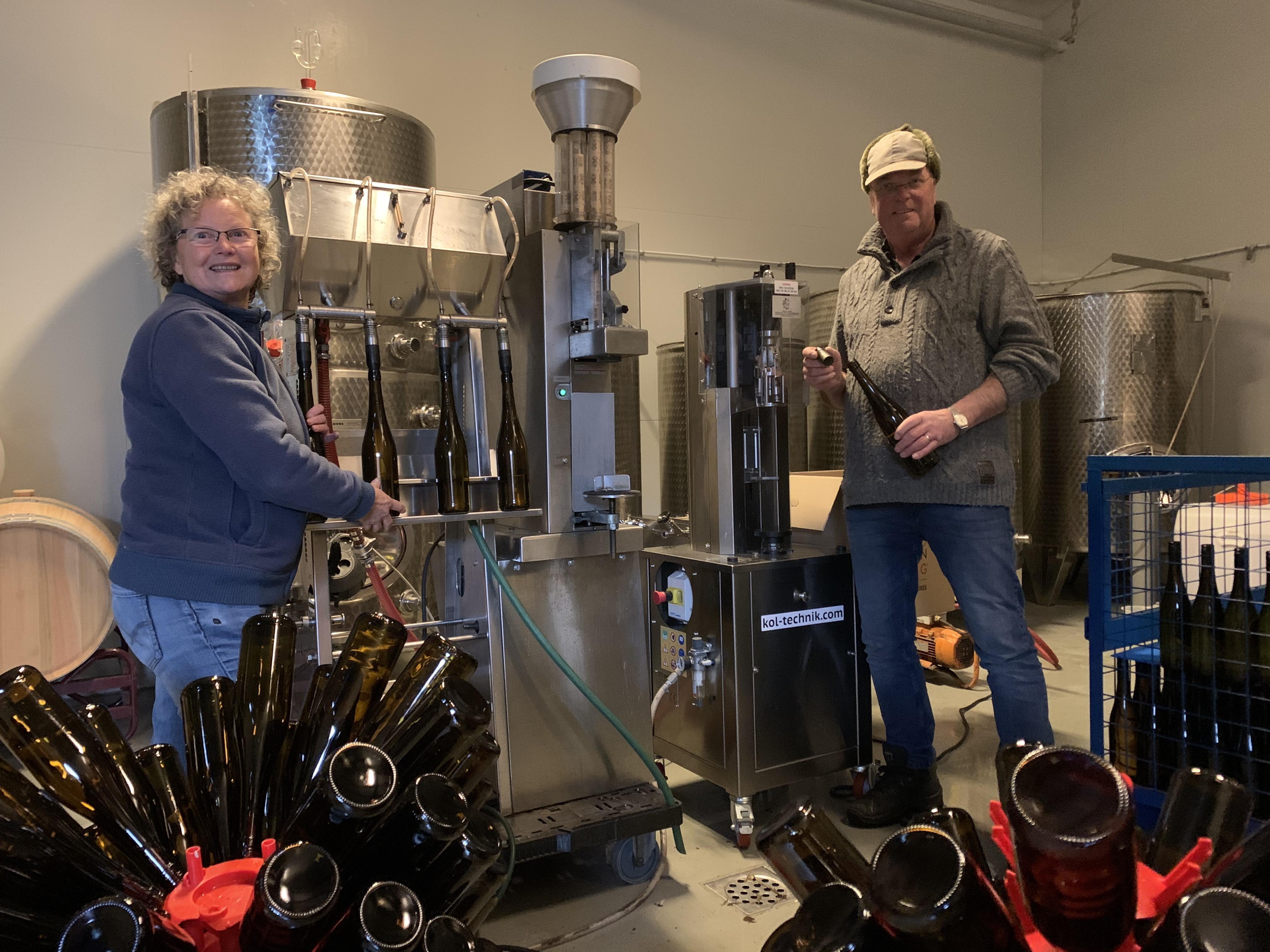 Recordverkoop bij wijngaard Saalhof in Wognum. Flessen van eigen bodem niet aan te slepen [video]
