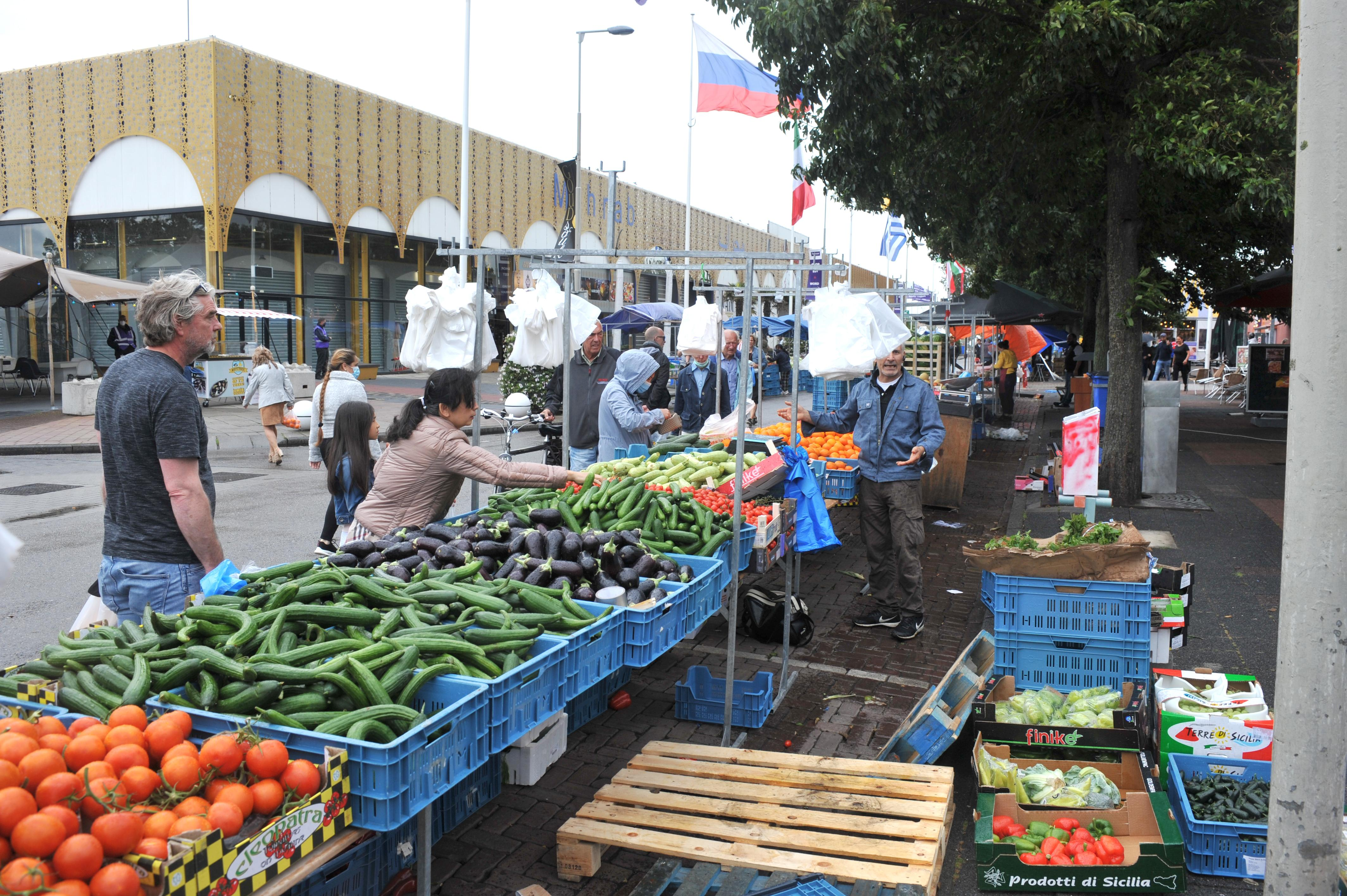 Verkoop ook buiten hallen van De Bazaar dit weekeinde niet toegestaan. Markt moet met alternatief plan komen voor handhaving 1,5 meter