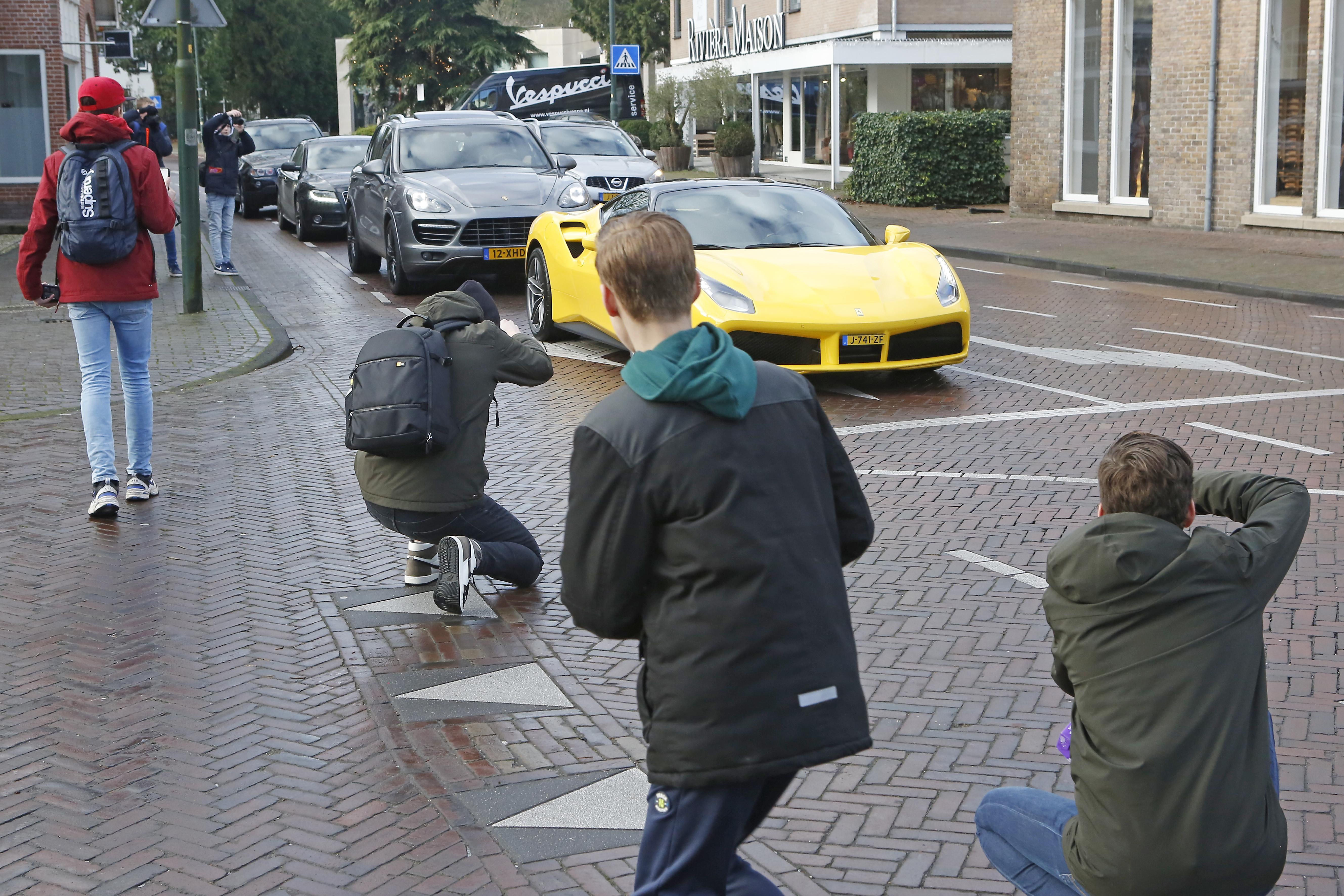 Vijftien bekeuringen op Brink in Laren voor autospotters en overlast gevende automobilisten