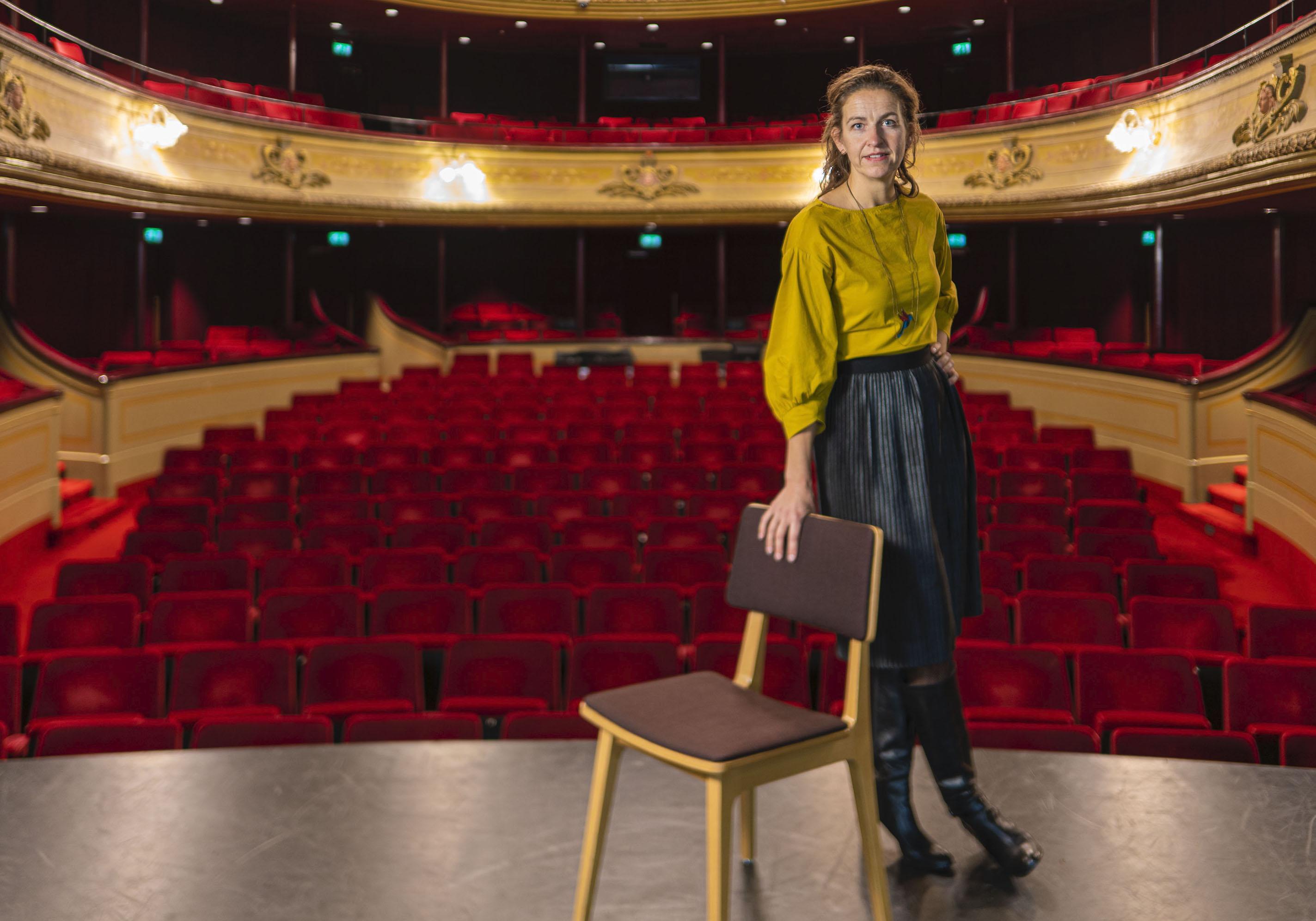 Leidse stadsdichter Marianne van Velzen gaat half jaar langer door, maar presenteert alvast bundel: 'Kan ik een gedicht schrijven over een patatzaak?' [video]