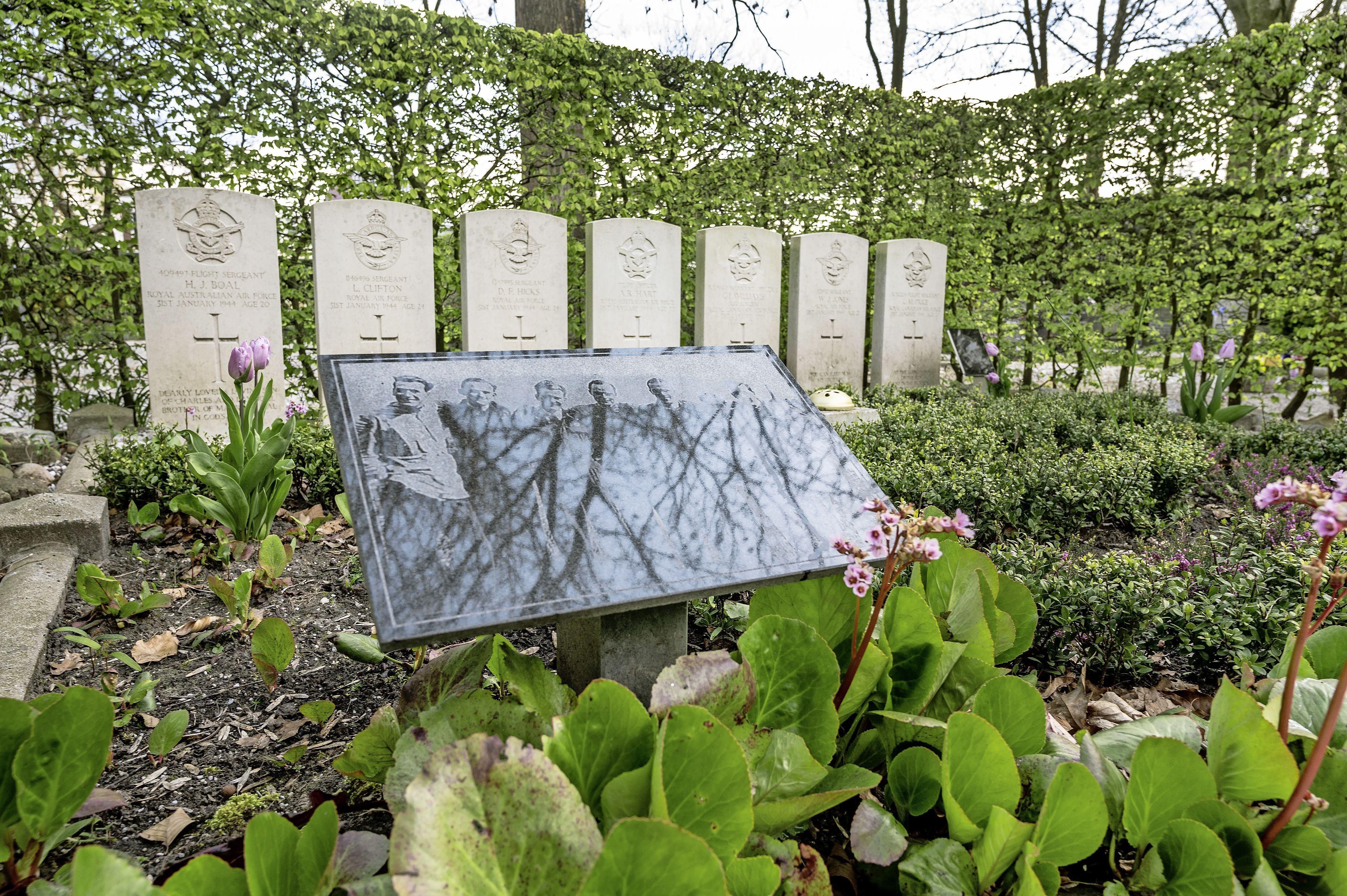 Hoe de bemanning van een Lancaster-bommenwerper eindigde op een Zwanenburgse begraafplaats