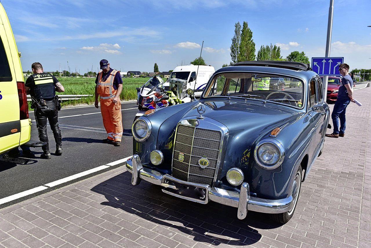 Oude Mercedes aangereden door nieuwe Mercedes in Leimuiden; bestuurder van oldtimer raakt gewond