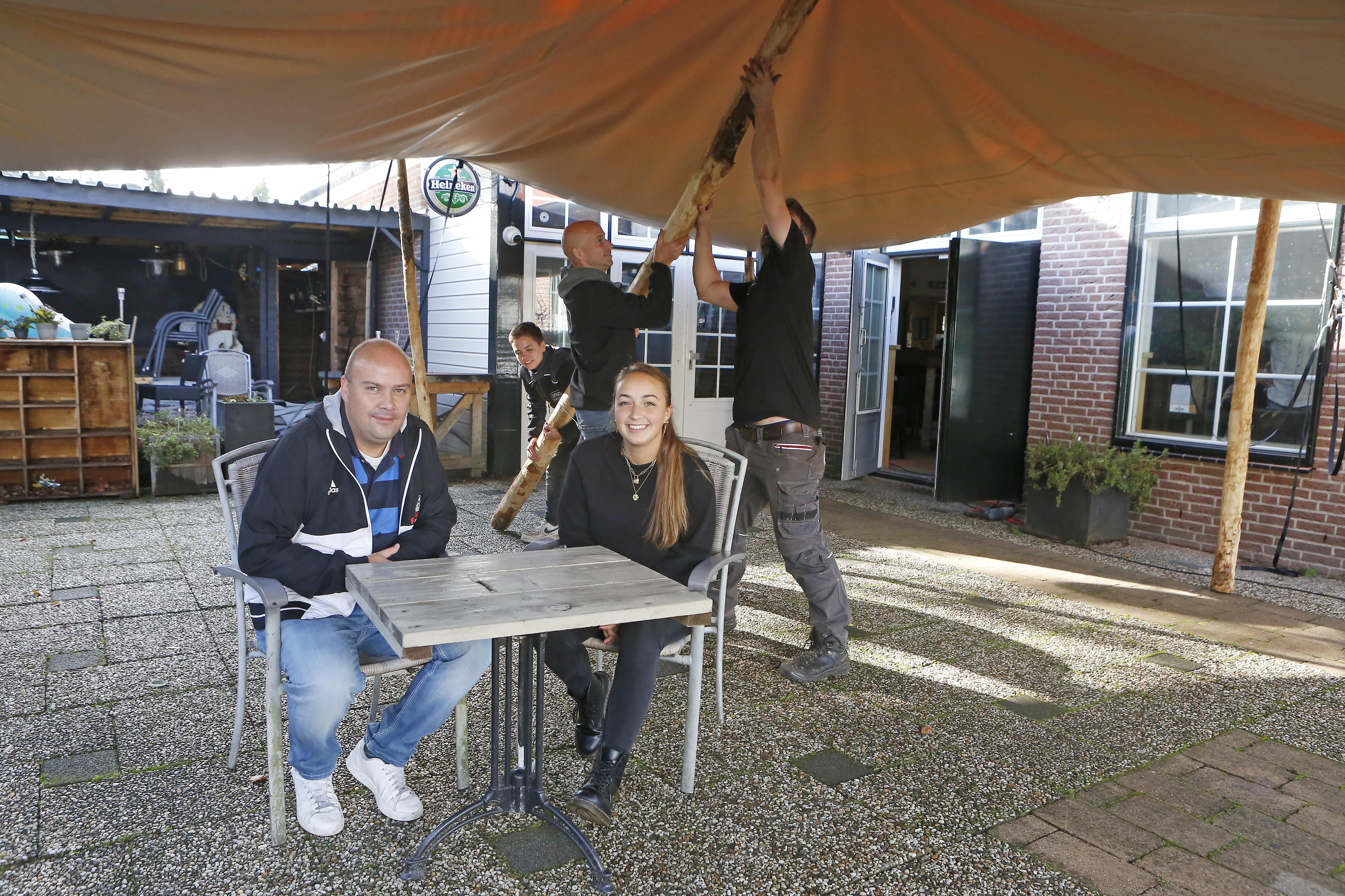 Soester café d'Oude Enghe heeft een lekker overdekt terras, maar daar mag je voorlopig nog niet zitten van de gemeente; Uitbater Arnoud Boer heeft de barbecue maar weer afgelast...