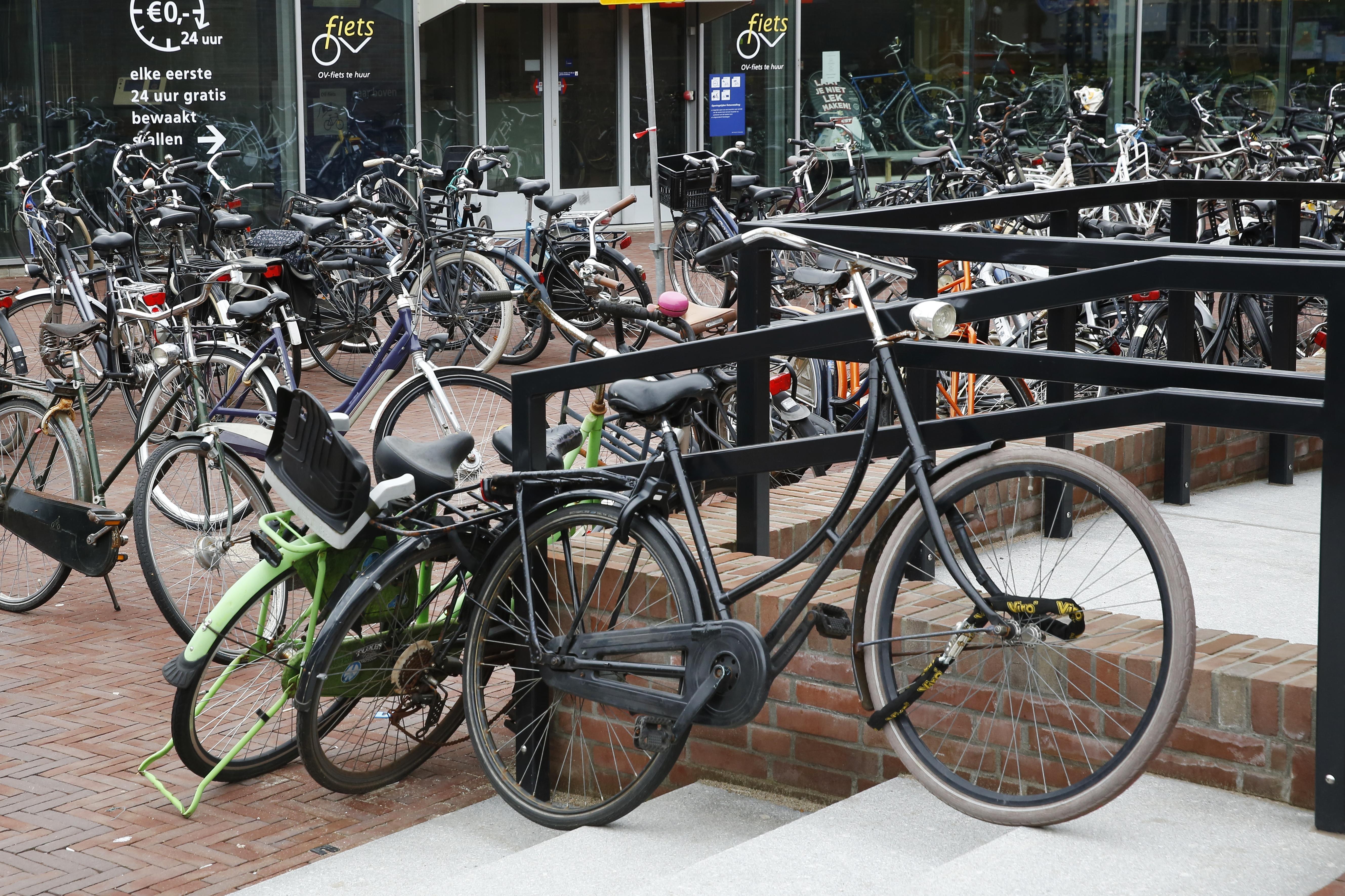 Vind hier je fiets maar eens terug! Chaotische taferelen bij station Naarden-Bussum, fietsen lukraak neergekwakt: 'Ik had hem beter roze kunnen verven'