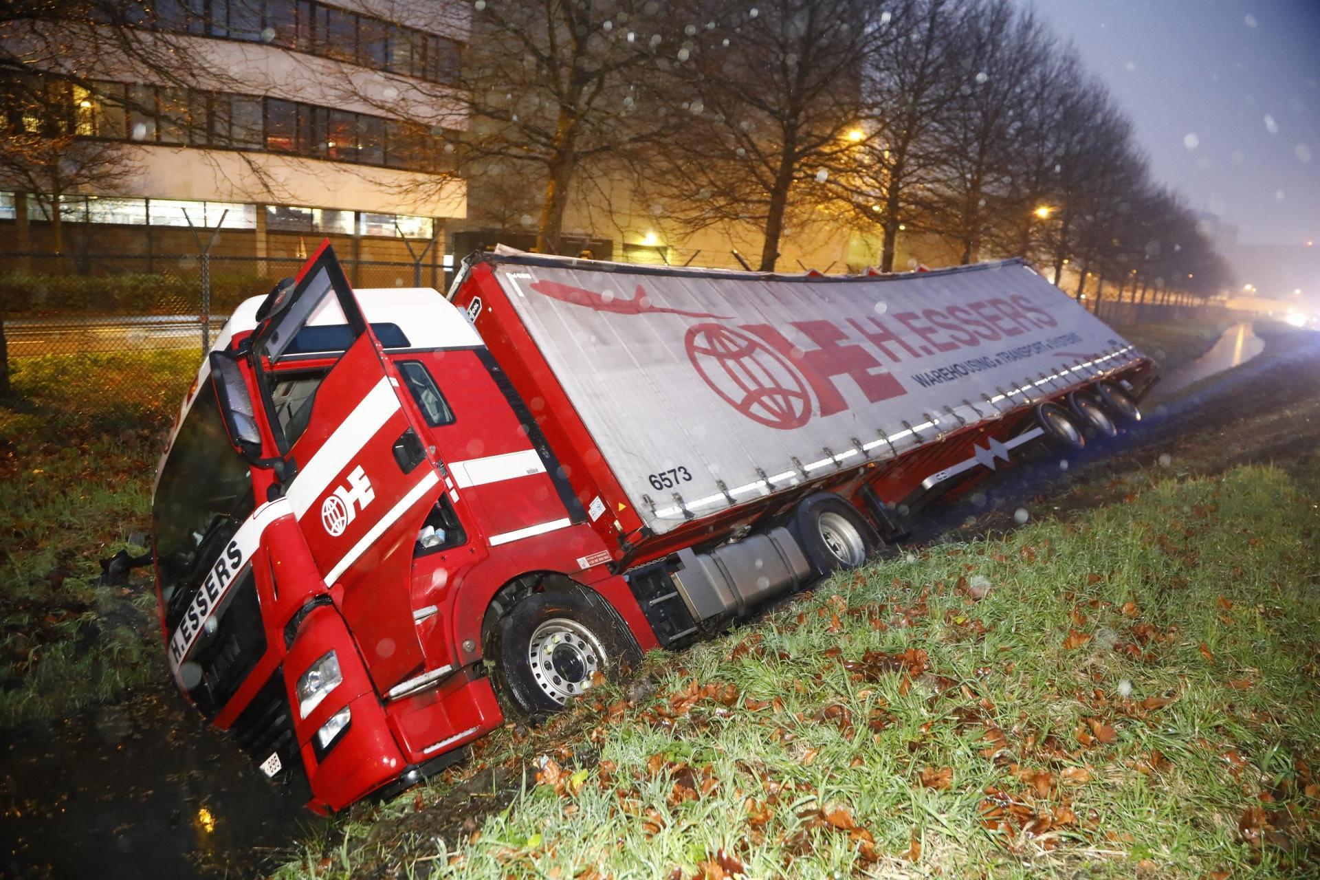 Vrachtwagenchauffeur wordt onwel achter het stuur en belandt in de greppel nabij Schiphol