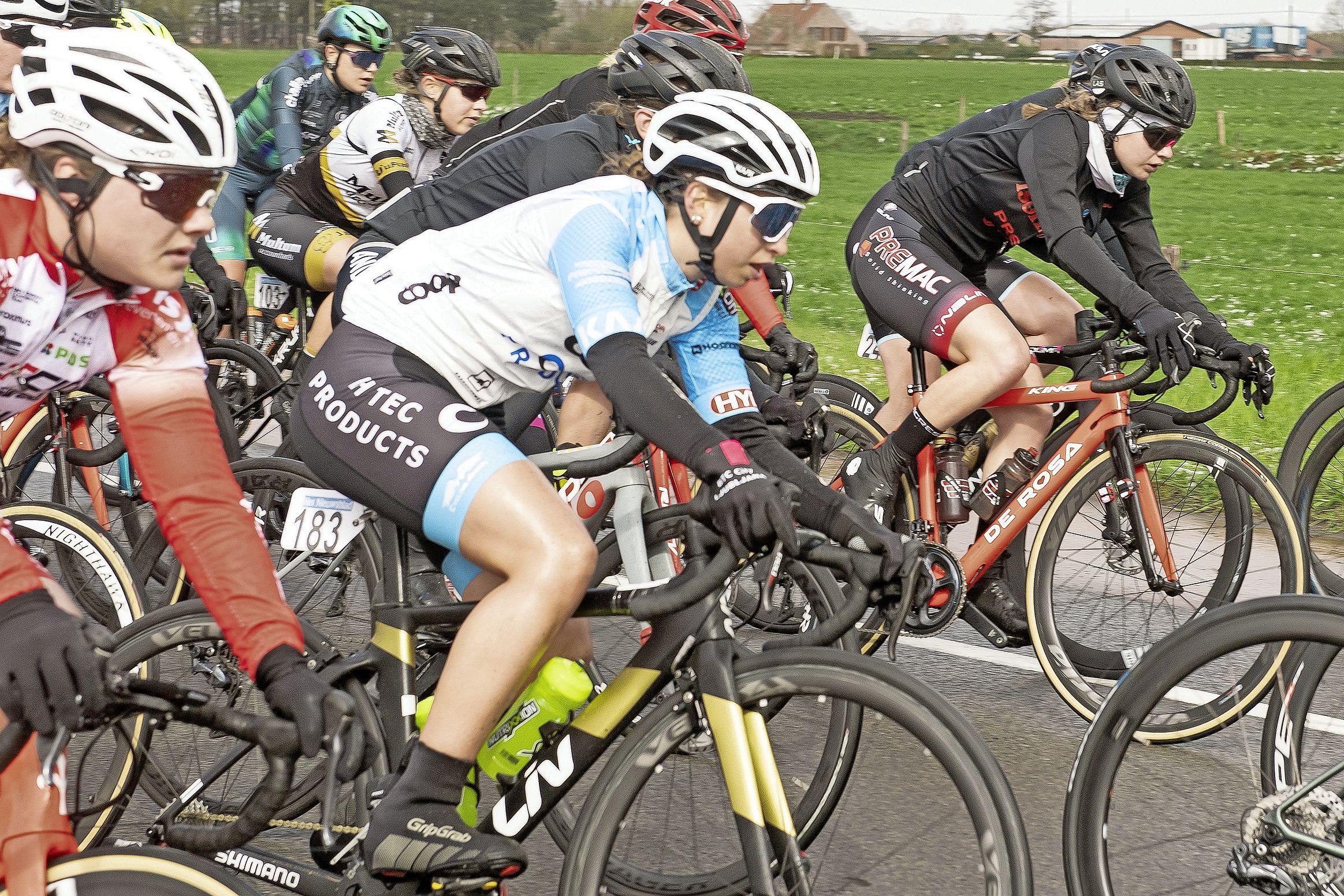 Dankzij één mailtje ging wielrenster Emma Boogaard in een week tijd van een amateur met een lege agenda, naar een profrenster met een contract op zak