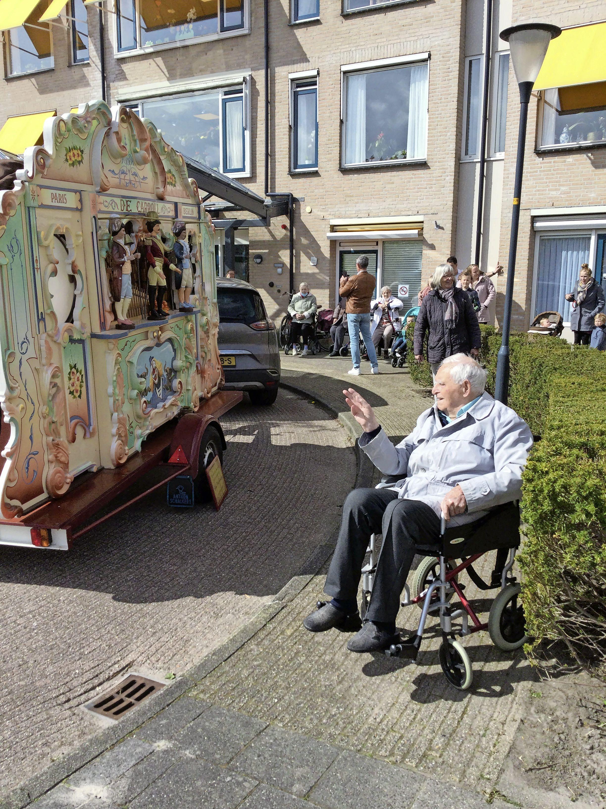 Draaiorgel overdondert jarige Wabe (97) in Hoogkarspel compleet