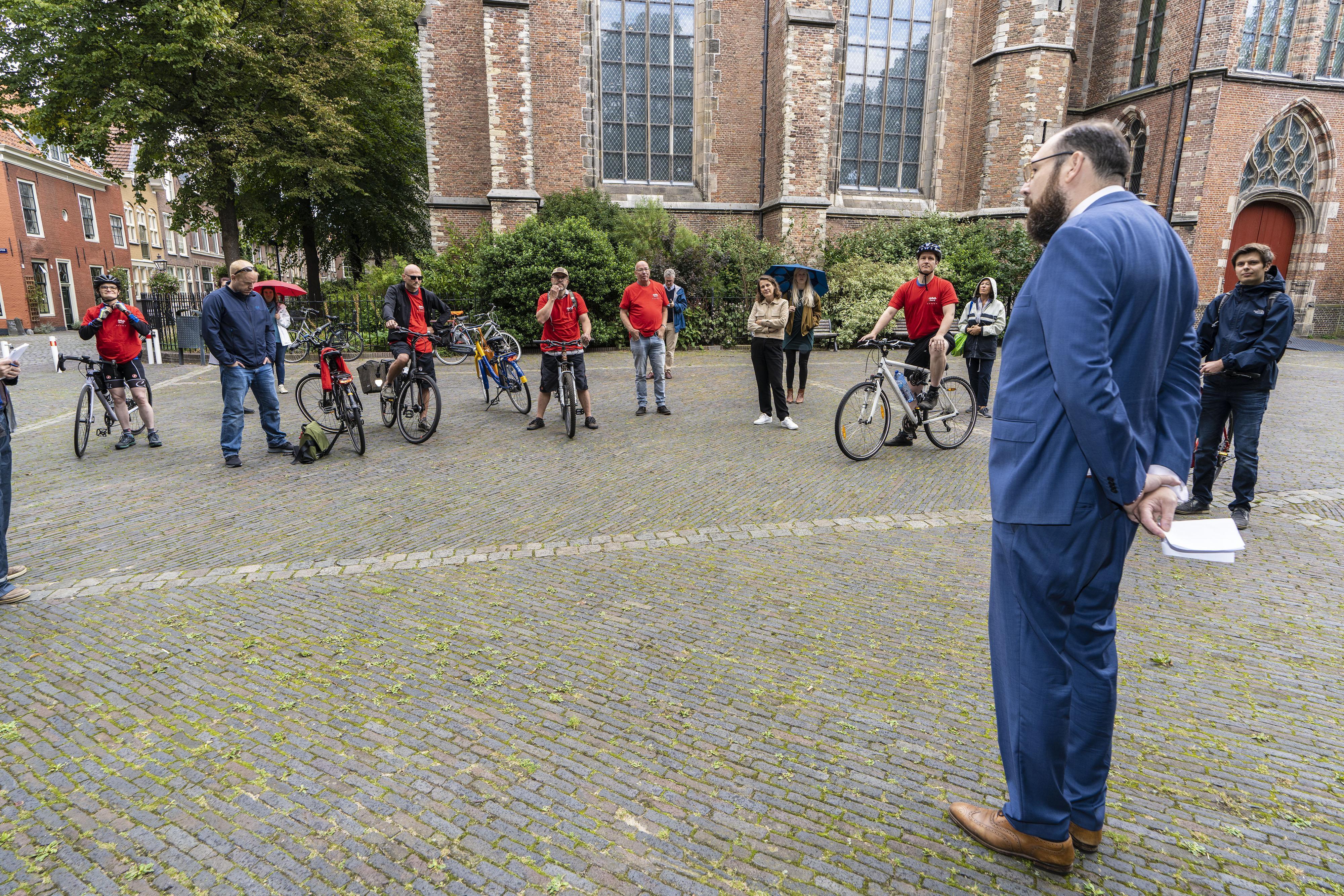 WOinActie fietst van Leiden naar Delft uit protest tegen tijdelijke contracten