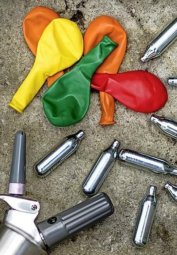 'Rij ballonvrij, word geen clown in het verkeer'. Politie gaat strijd aan met automobilisten die lachgasballon aan hun lippen zetten