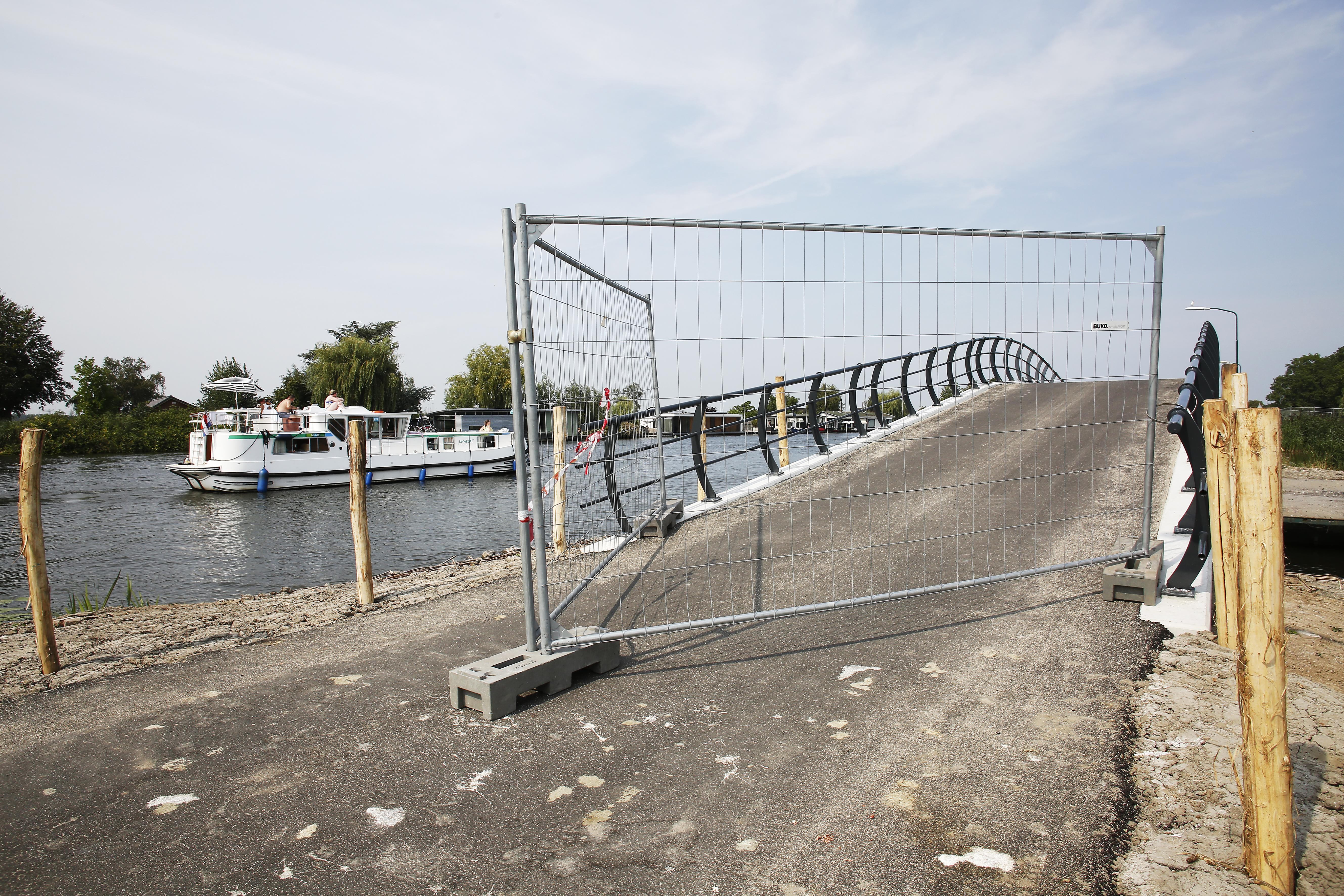 Ophef over steile brug bij nieuwe wijk in Vreeland: een colletje van de derde categorie voor fietsers en geen overzicht automobilisten. Gemeente sluit Bergseweg af met zware hekken