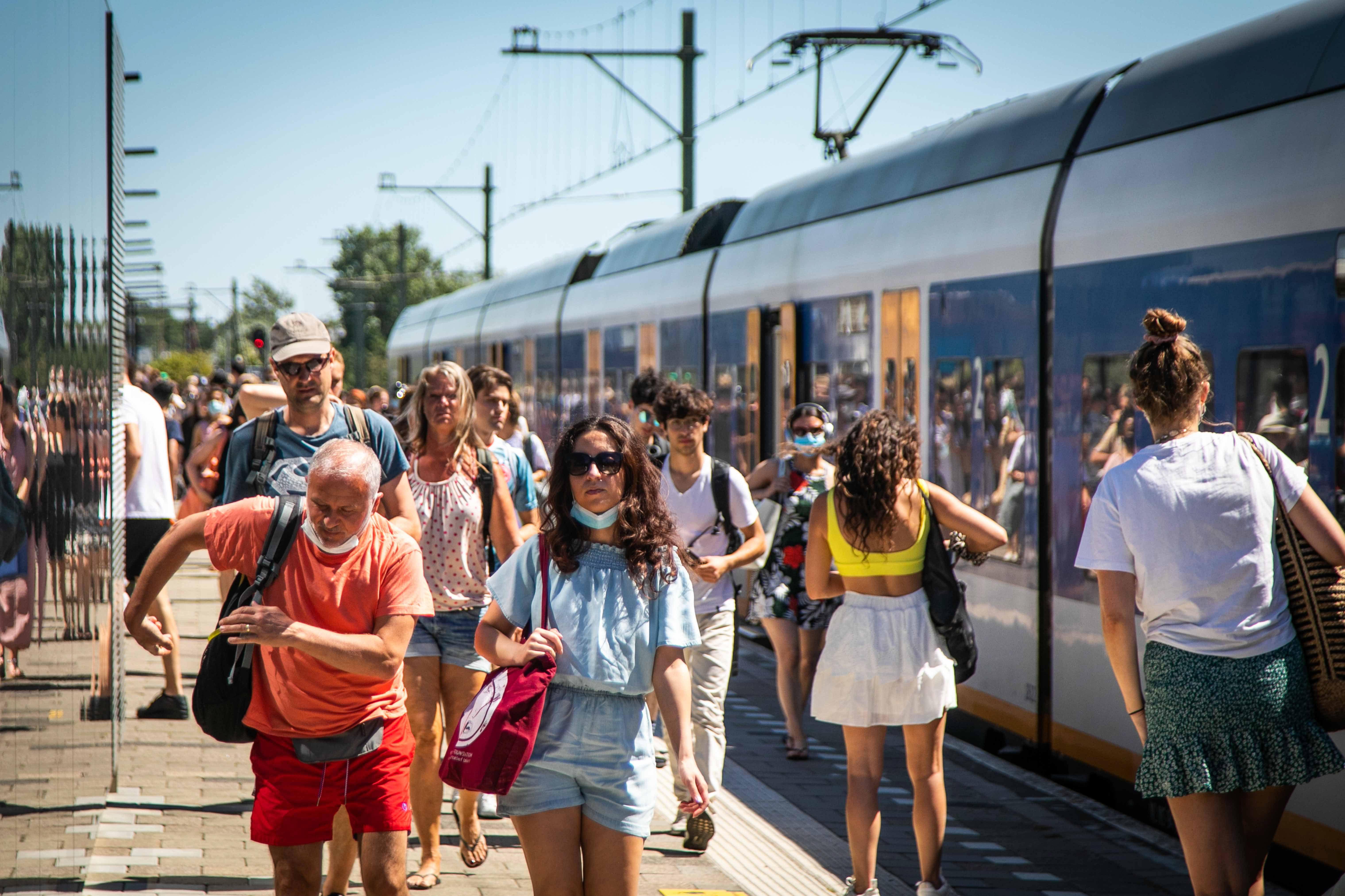 Connexxion en NS leggen verantwoordelijkheid deels bij de strandgangers: 'Het is aan de reiziger om te zorgen voor een goede spreiding in de bus'
