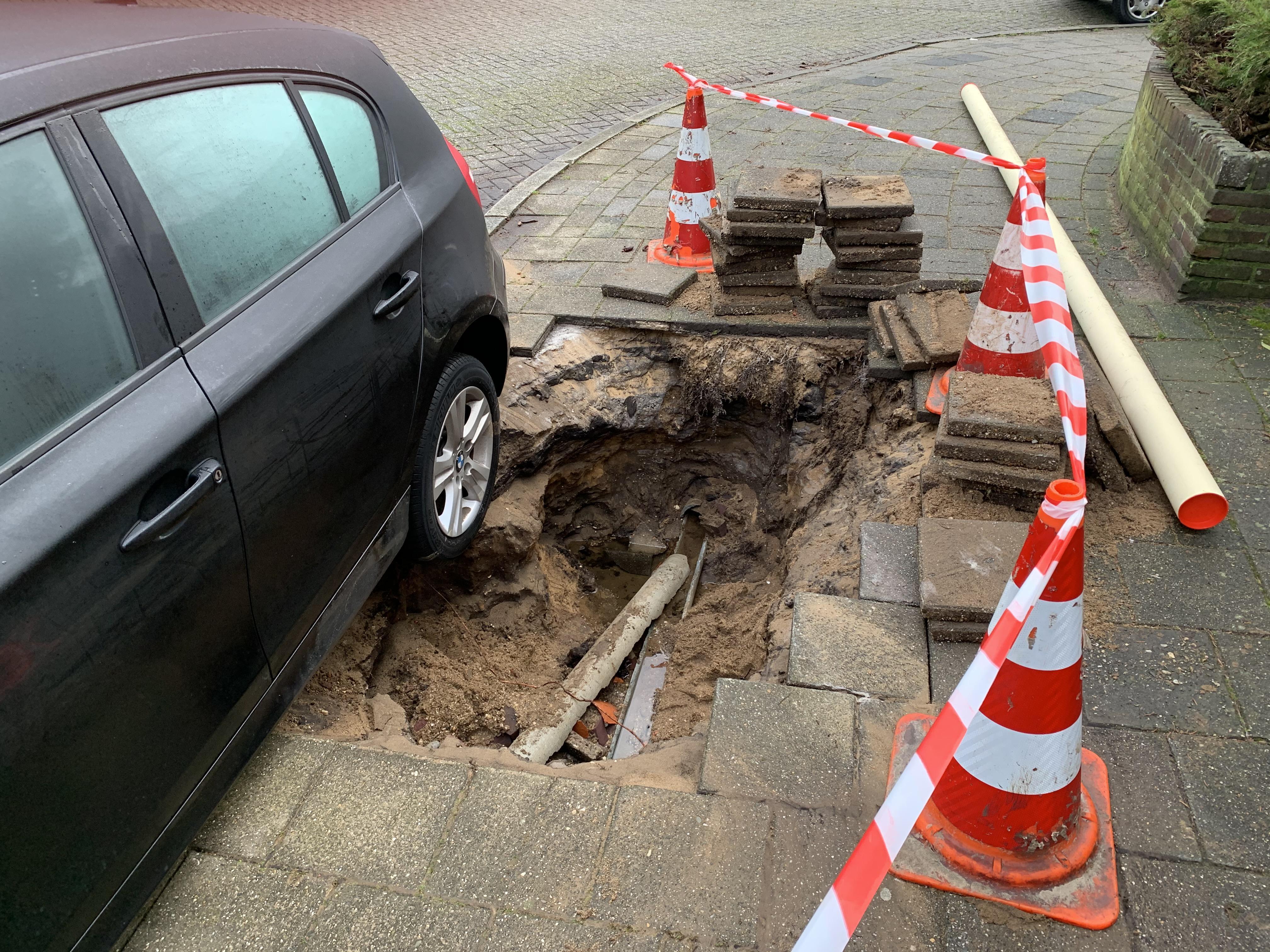 BMW van Hilversummers Remco Hilhorst en Sadau Poort kantelt na waterleidingbreuk bijna in een 'sinkhole'. 'Hij heeft wel een tikkie gehad'