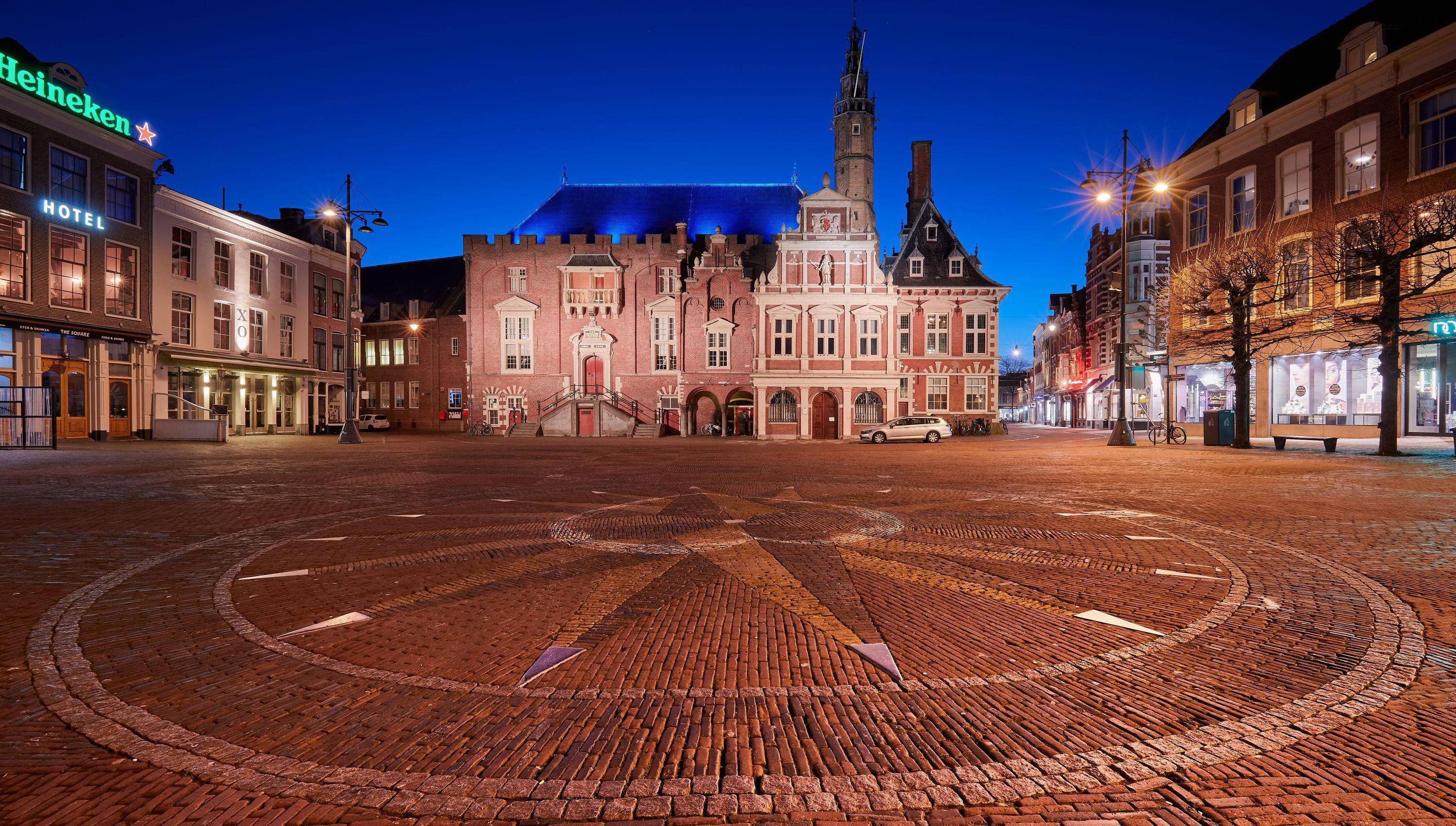Fotograaf Harro Jansz brengt derde jaarkalender uit met zijn mooiste afbeeldingen van Haarlem: 'Bizar moment op lege Grote Markt tijdens lockdown'