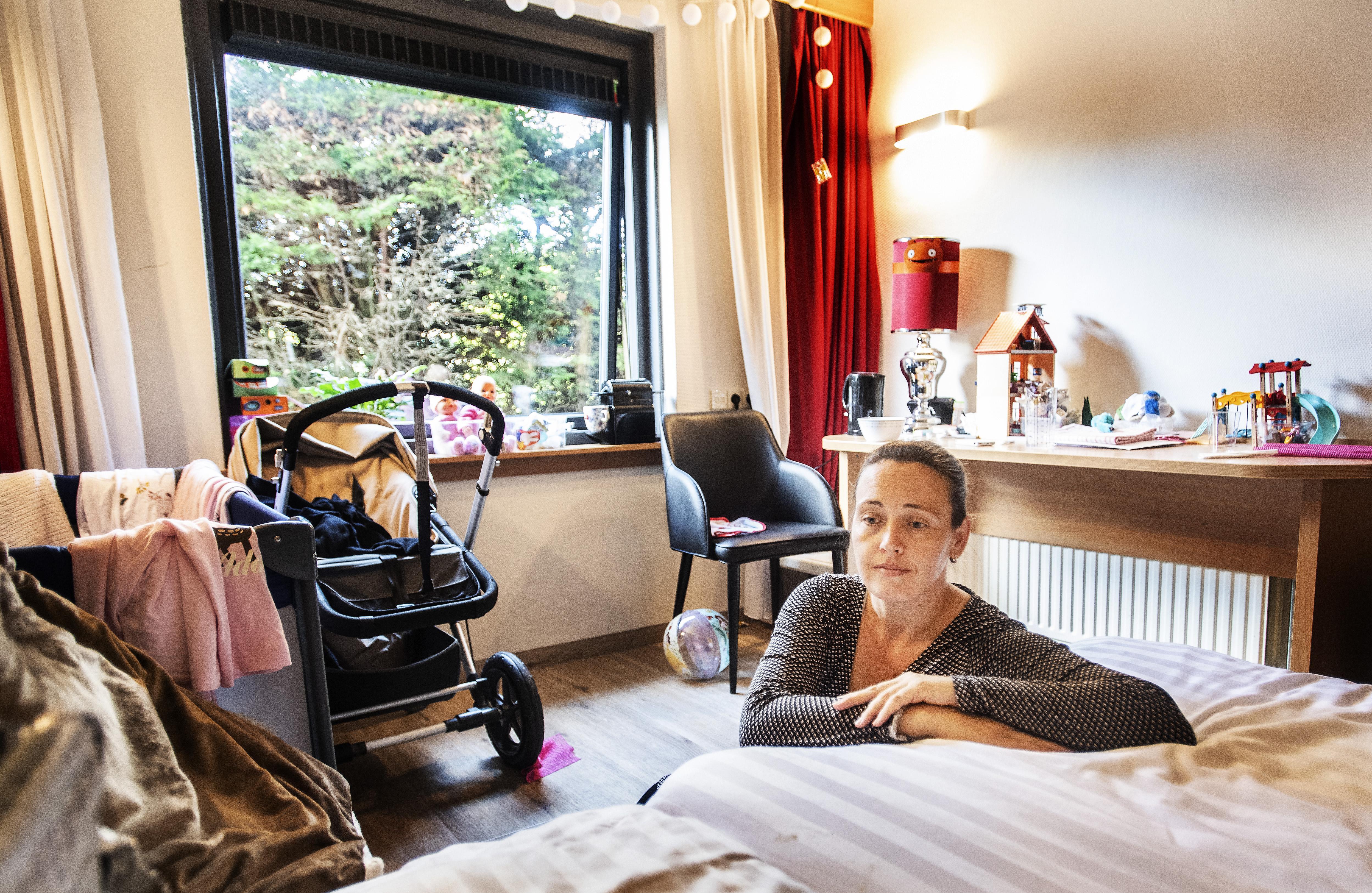 Madelon Uittenbogaard met haar twee dochtertjes elke dag op zoek naar een slaapplaats