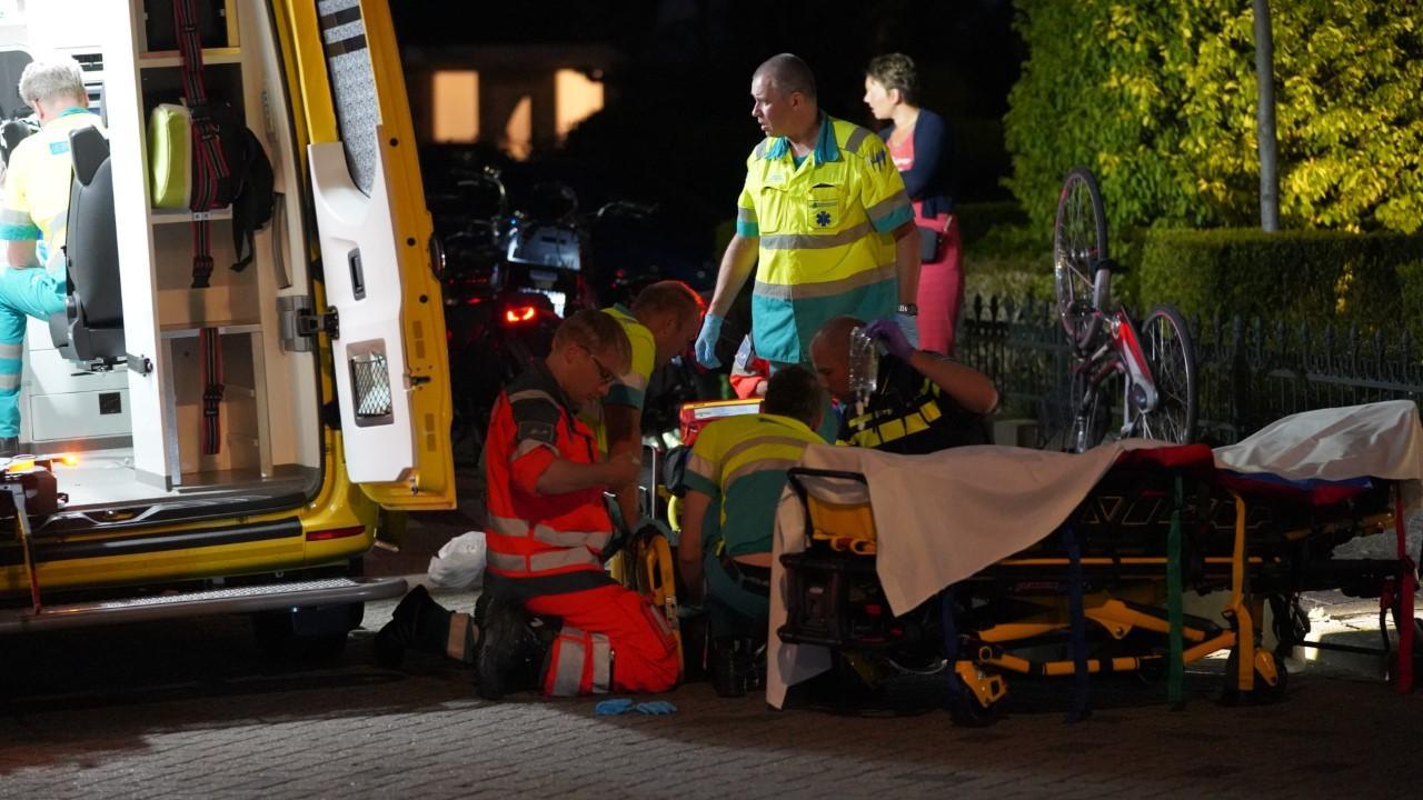 Fietsster zwaargewond bij val in Uitgeest, traumahelikopter geland [update]