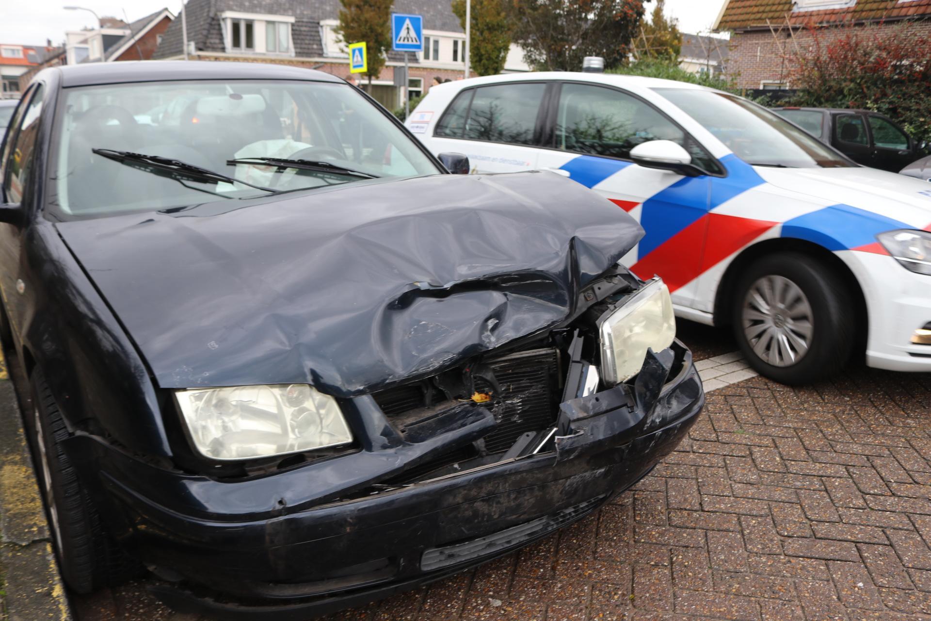 Verkeerschaos in Rijnsbrug na botsing tussen twee auto's [update]