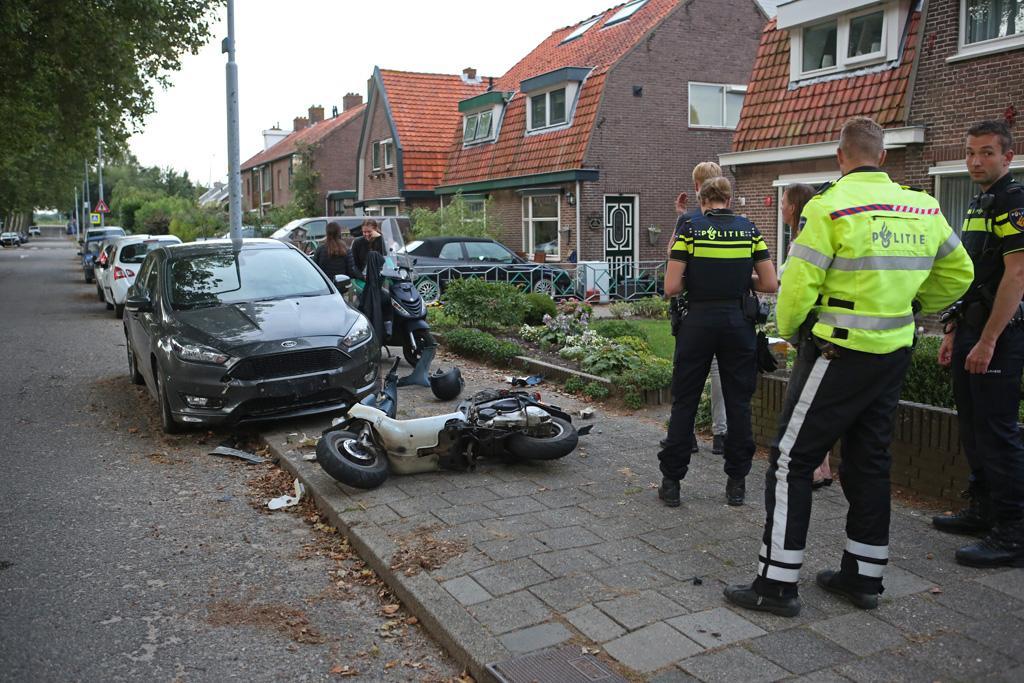 Jongen (17) botst met nieuwe scooter tegen geparkeerde auto in Zwanenburg