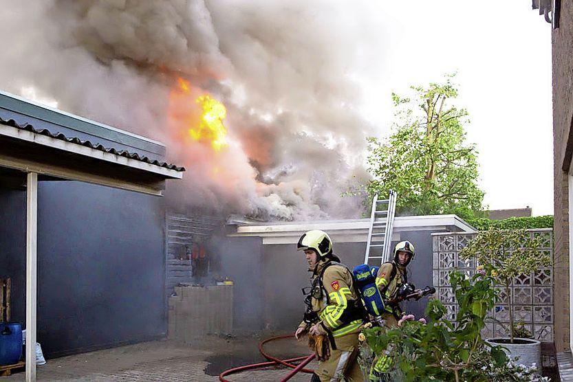 Brand verwoest opslag verfwinkel Schmidt-Koelewijn in Baarn