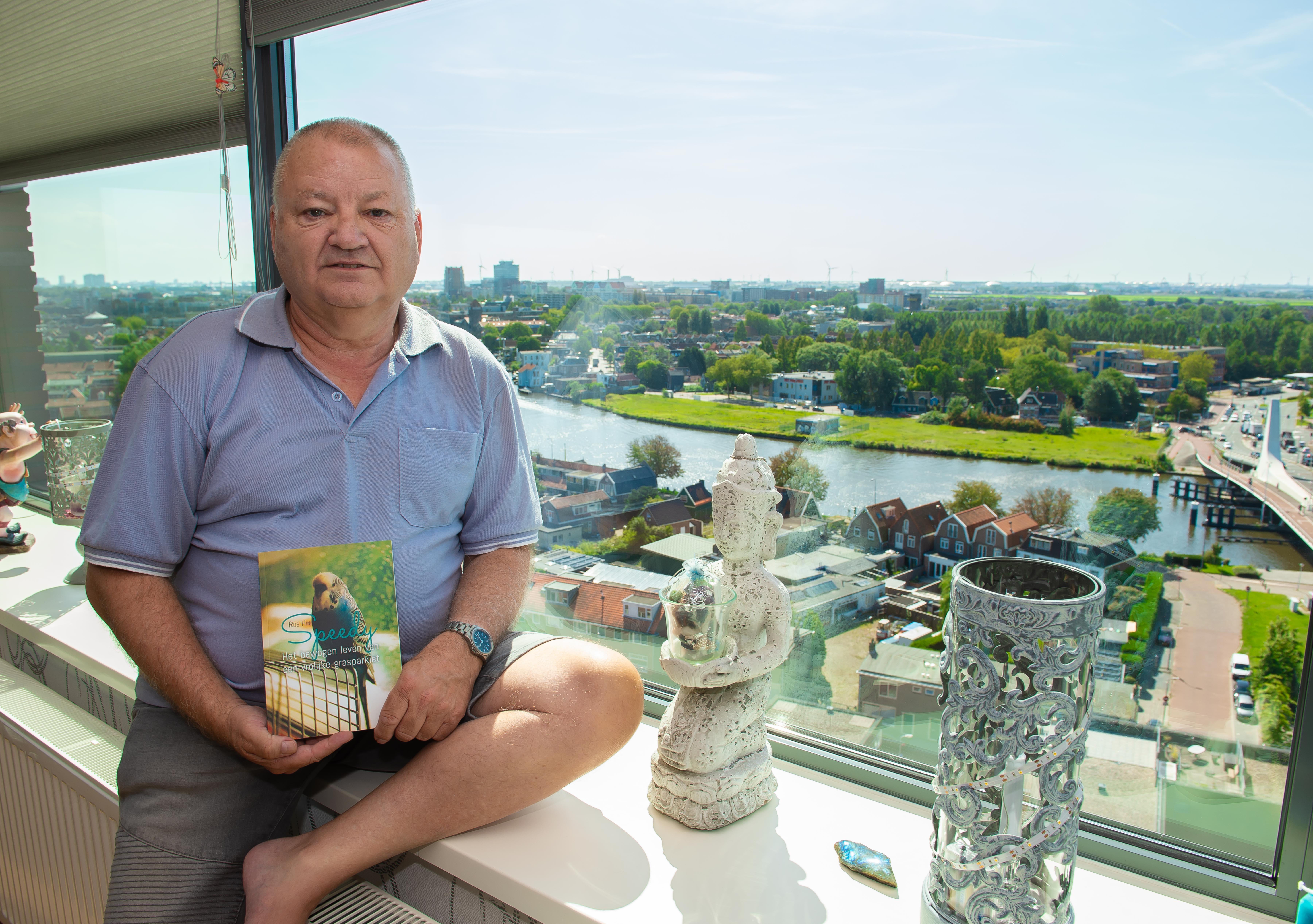 Vertellingen van vrolijke blauwe grasparkiet in boekje 'Speedy': vliegend rond de flat en mee naar de camping