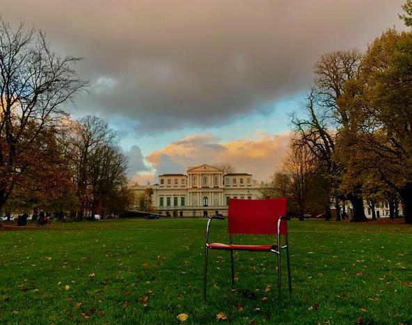 Lezersfoto: Verdwaald stoeltje voor het Provinciehuis