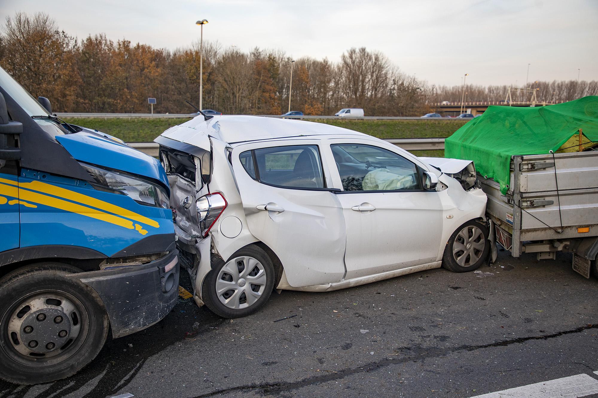 Vrouw gewond bij flinke botsing op A200 bij Haarlem; verkeer staat vast vanaf Waarderpolder