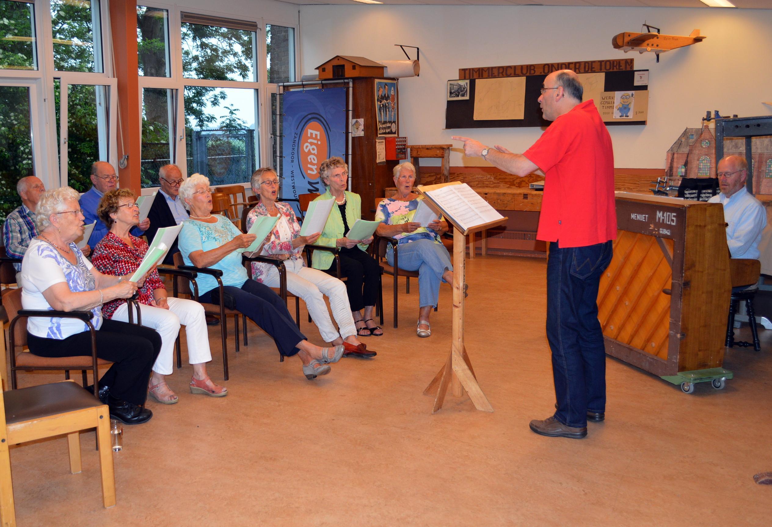 Dirigent Ruud Hoogenboom schrikt ondanks corona niet terug voor oprichting nieuw kerkkoor in Westwoud, maar meezingen is nog even niet toegestaan: 'Zelfs de pastor houdt zijn lippen stijf op elkaar'