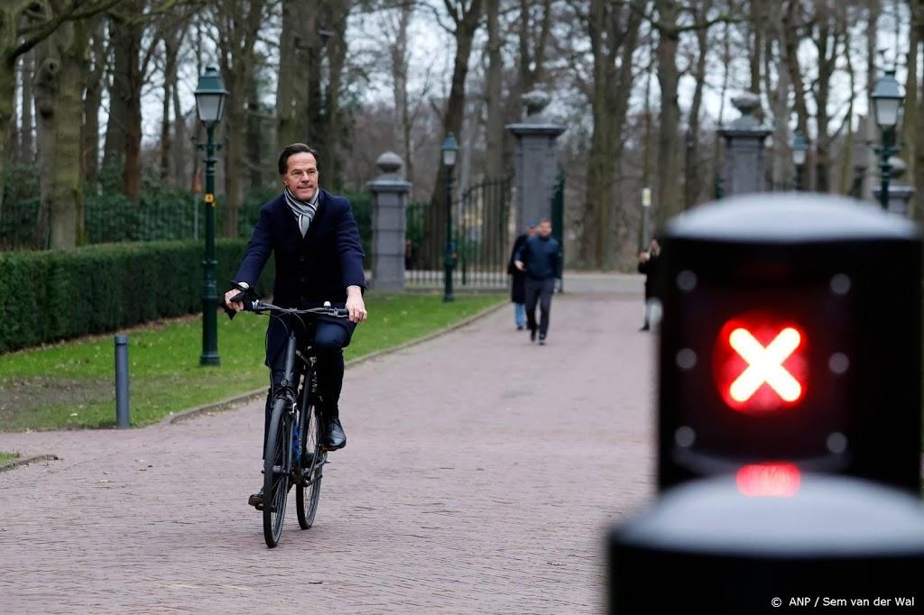 Rutte op fiets aangekomen bij de koning om ontslag aan te bieden