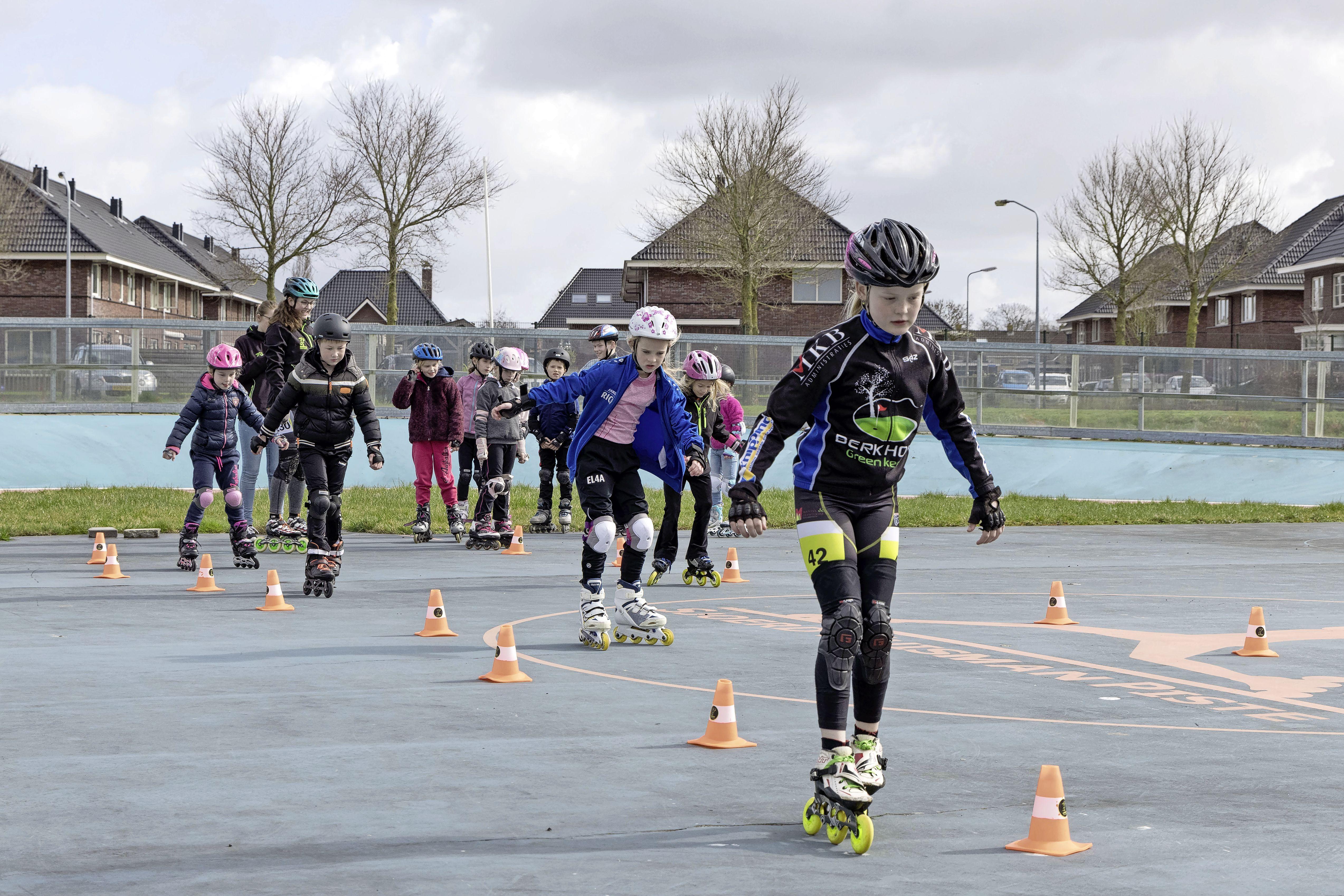 Skeeleren is hot. Radboud Inline Skating brengt jeugd de fijne kneepjes bij. Remmen, vallen, behendig worden. 'En altijd een helm op hè, dat is zo belangrijk' [video]