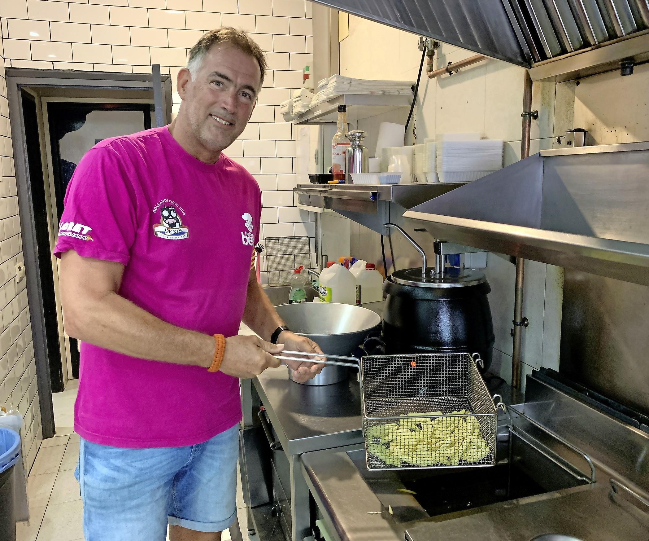 Uitgeester Eric Korver overleeft als patatbakker in Spanje: 'Ik dacht: nu ben ik bijna 57 en loop ik in Lloret de Mar in een koeienpak bij 35 graden'
