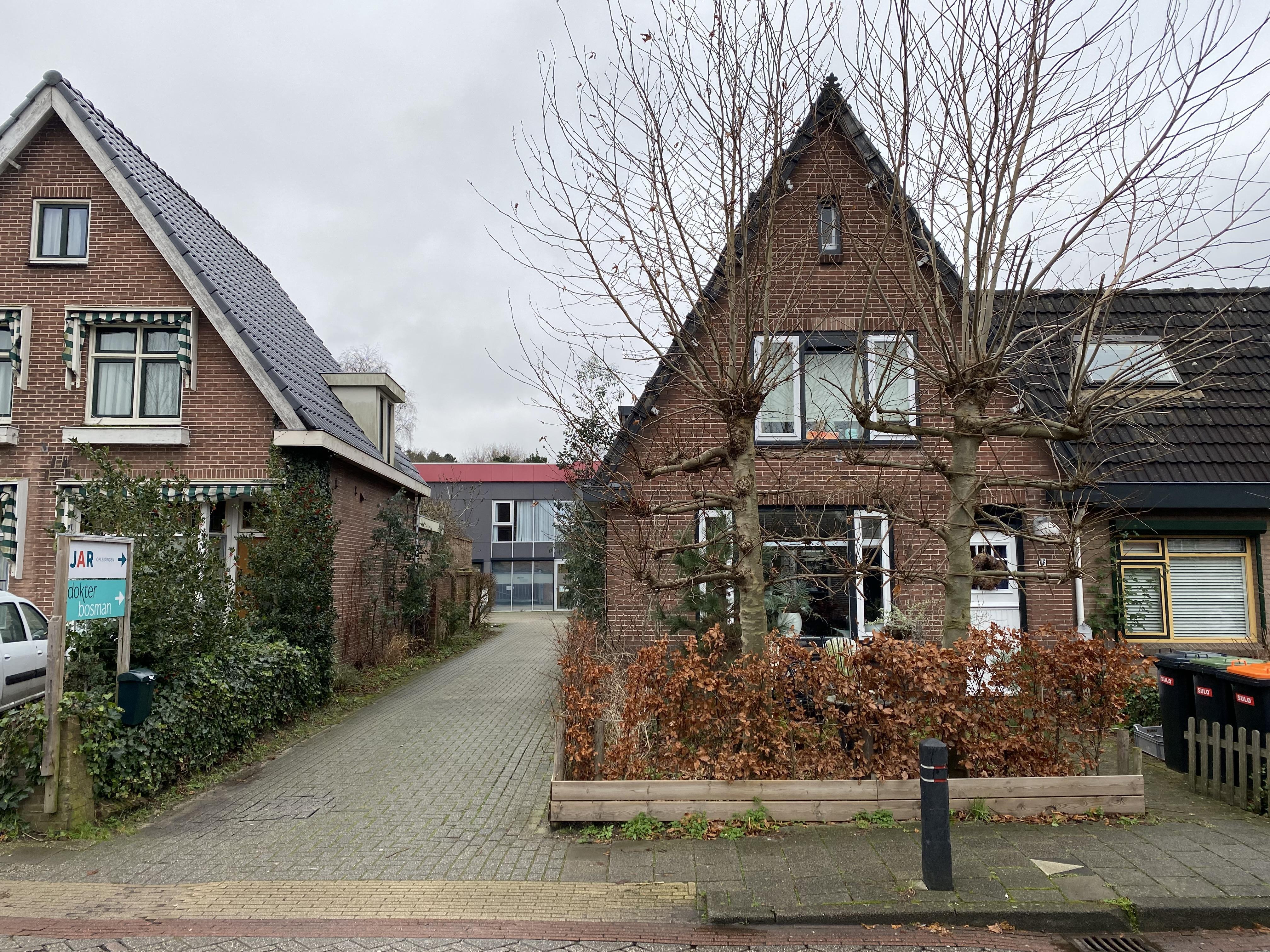 Buurtbewoonster is af en aan rijdend bezoek 'Dokter Bosman'-praktijk in Castricum spuugzat: rechtszaak rond geestelijke gezondheidszorgopvang