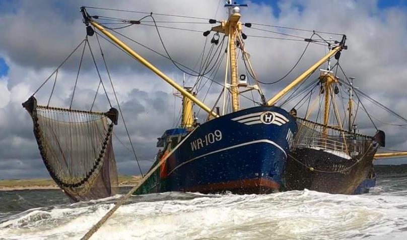 KNRM schiet vastgelopen viskotters te hulp voor kust van Egmond aan Zee