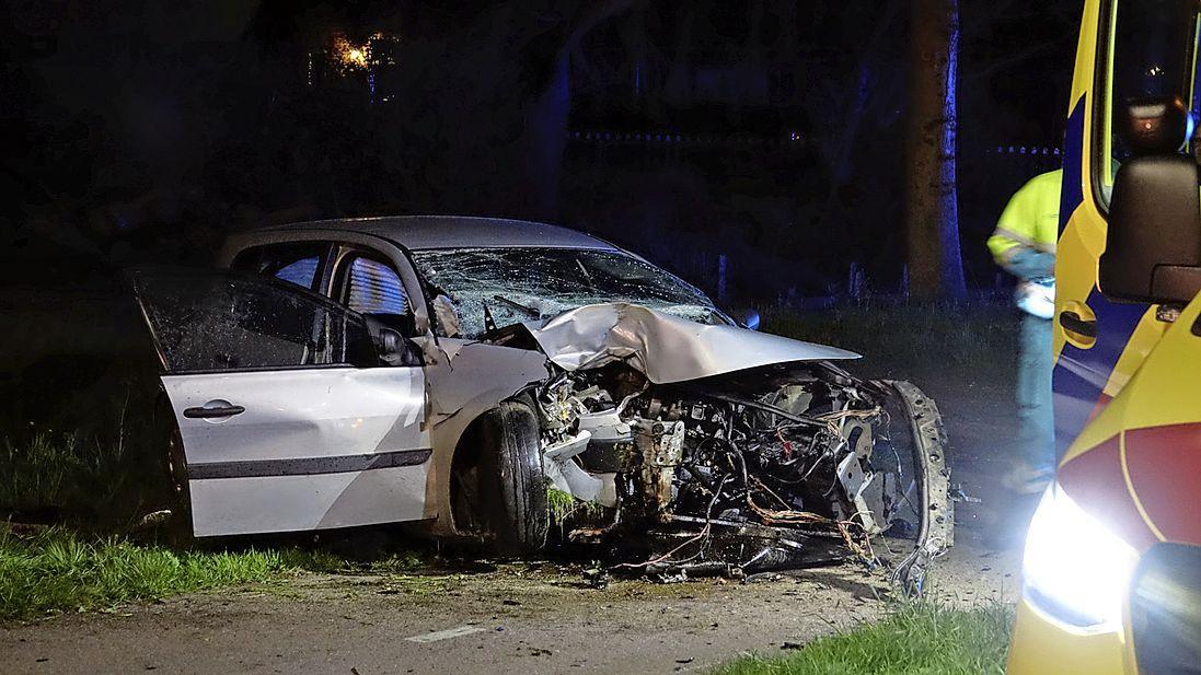 Drie personen raken zwaargewond bij crash in Zwaagdijk-Oost, hun vluchtpoging mislukt