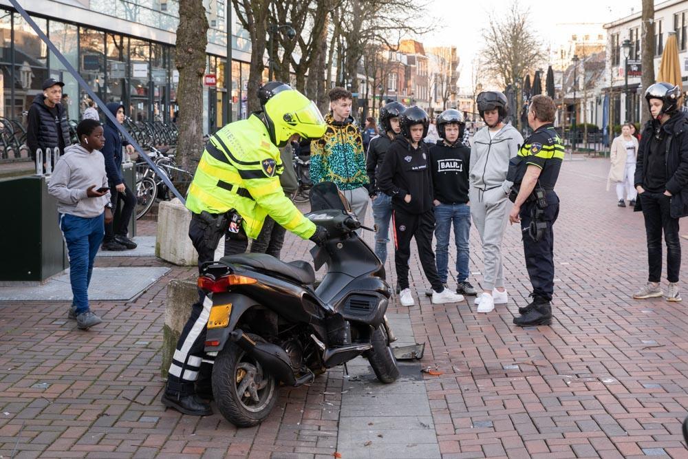 Scooterrijder bewusteloos na botsing met betonblok in Hilversum. 'Hij reed op een boa in', meldt een omstander