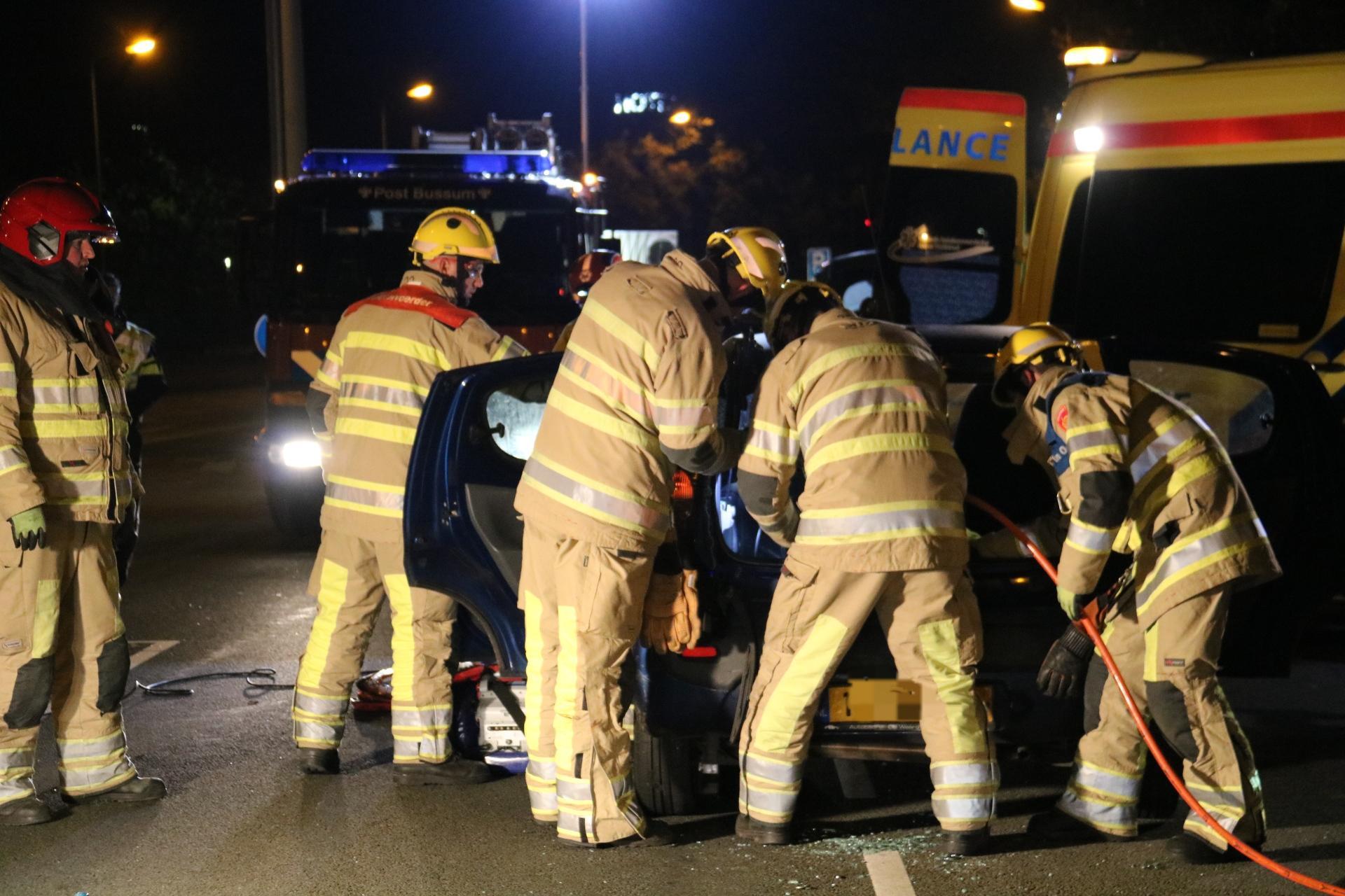 Brandweer bevrijdt persoon uit auto na ongeluk in Bussum; slachtoffer met spoed naar ziekenhuis