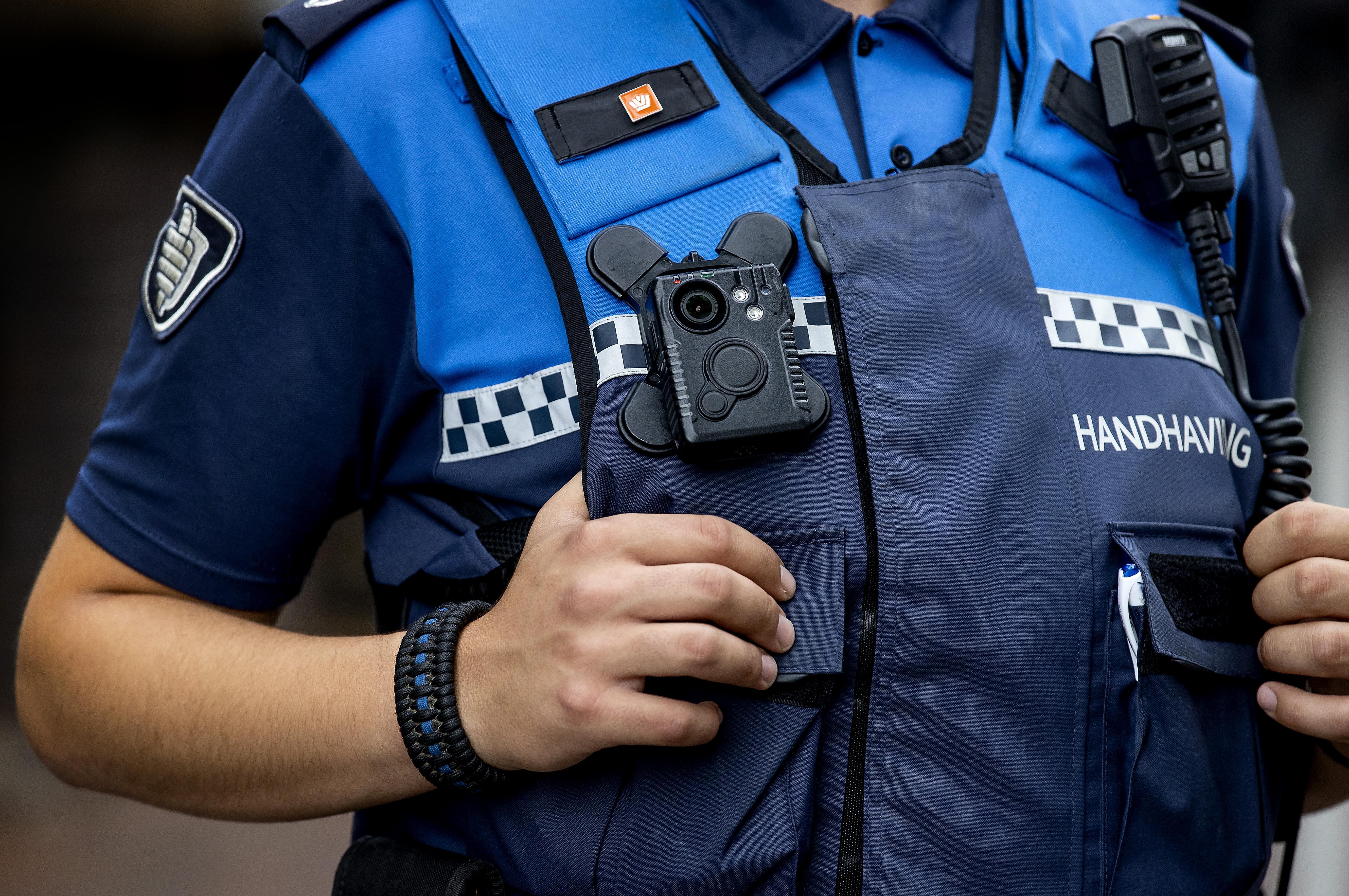 Een jaar lang handhavers met bodycam in Hilversum: 'Camera gaat zo'n 1 à 2 keer per maand aan'