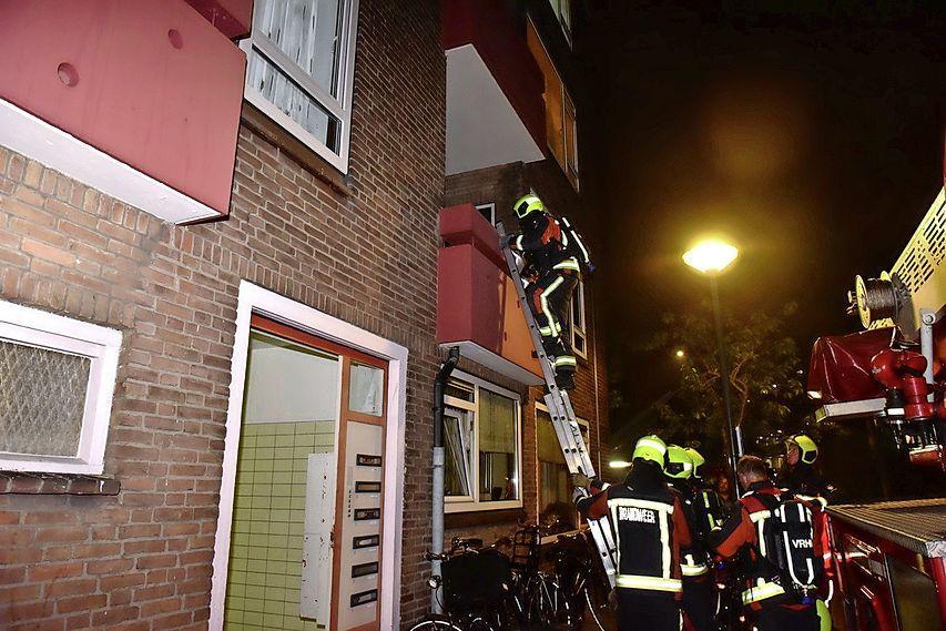 Nachtelijke woningbrand in Leiden, man door brandweer uit huis gehaald