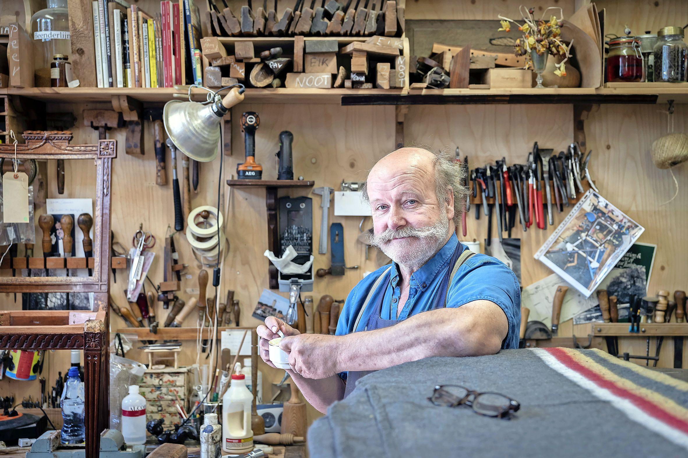 Dennis Le Poole restaureert met liefde de stoelen van Pieter Teyler. 'De schoonheid van hout is onbeperkt'
